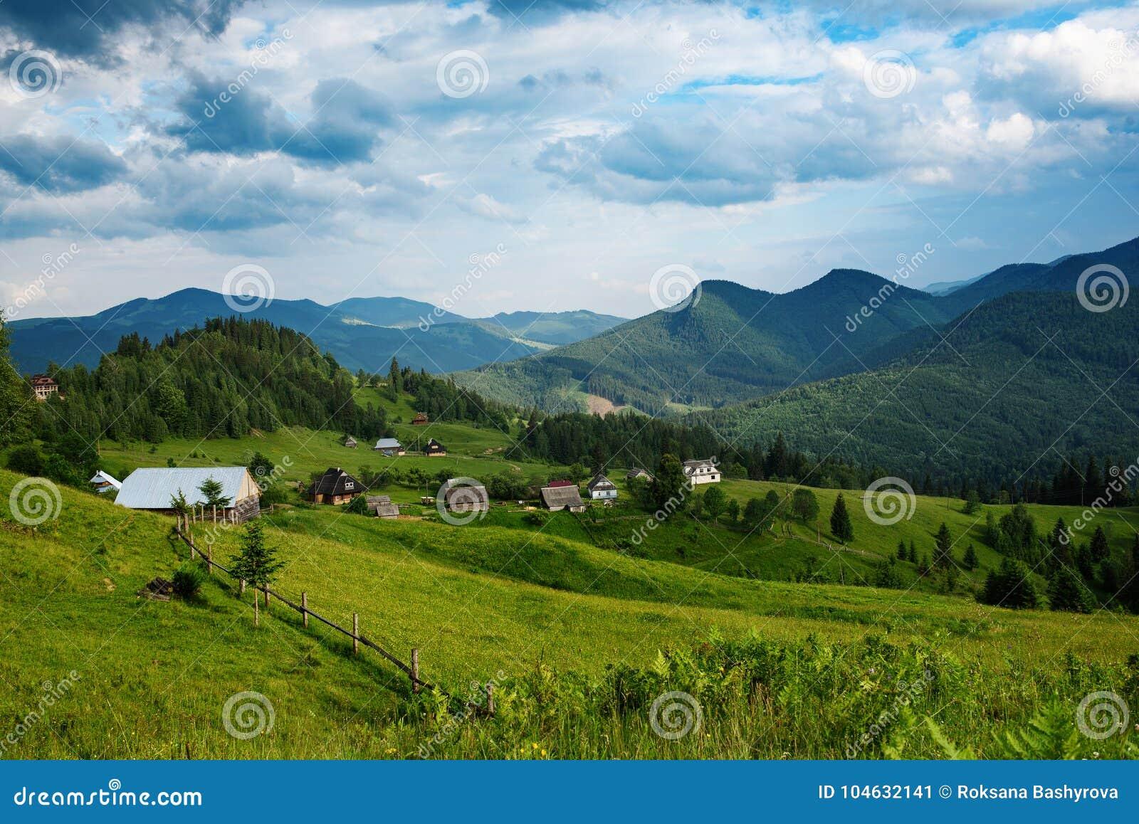 Download Karpatisch berglandschap stock afbeelding. Afbeelding bestaande uit vers - 104632141