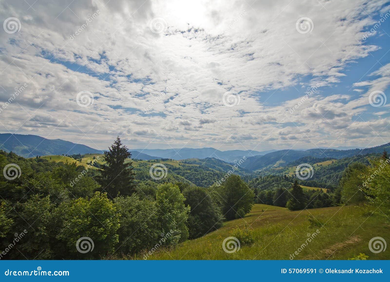 Karpatische heuvels als achtergrond