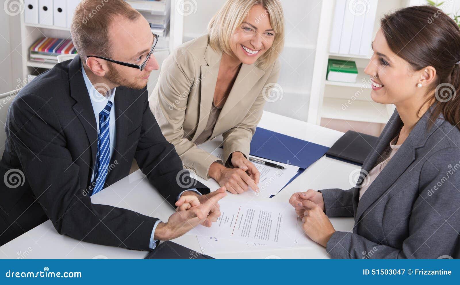 Karriär och kandidat: tre personer som sitter i en jobbintervju fo