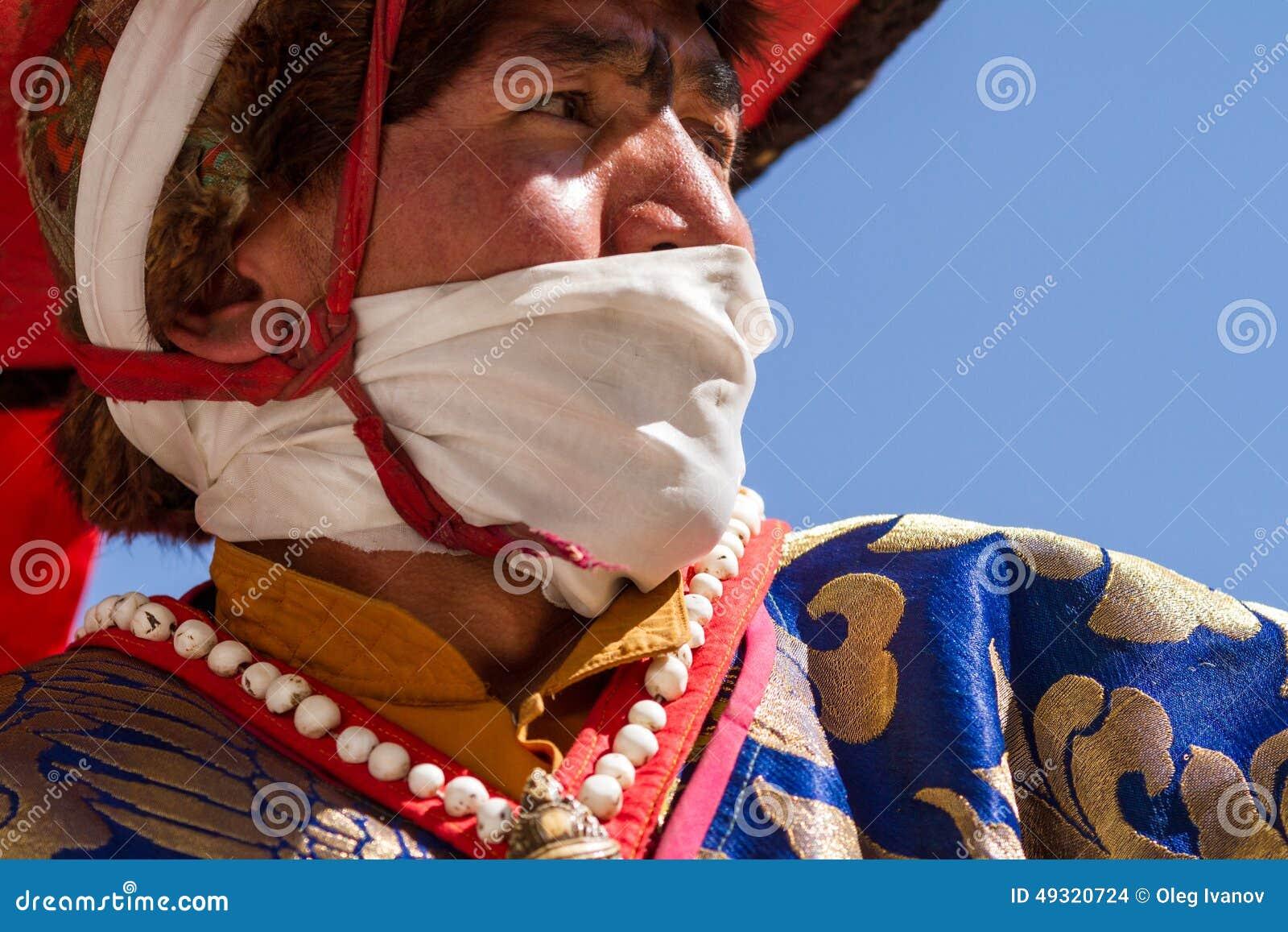 KARSHA, LA INDIA - 17 DE JULIO: Un monje realiza una danza religiosa d de la máscara