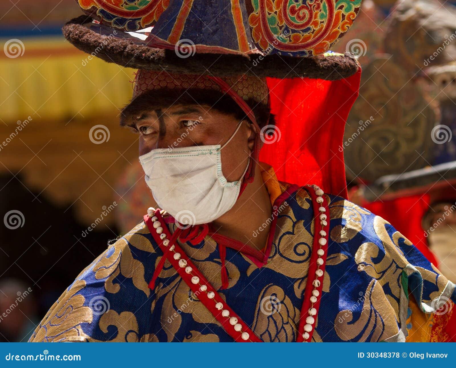 El bailarín que realiza danza religiosa del sombrero negro