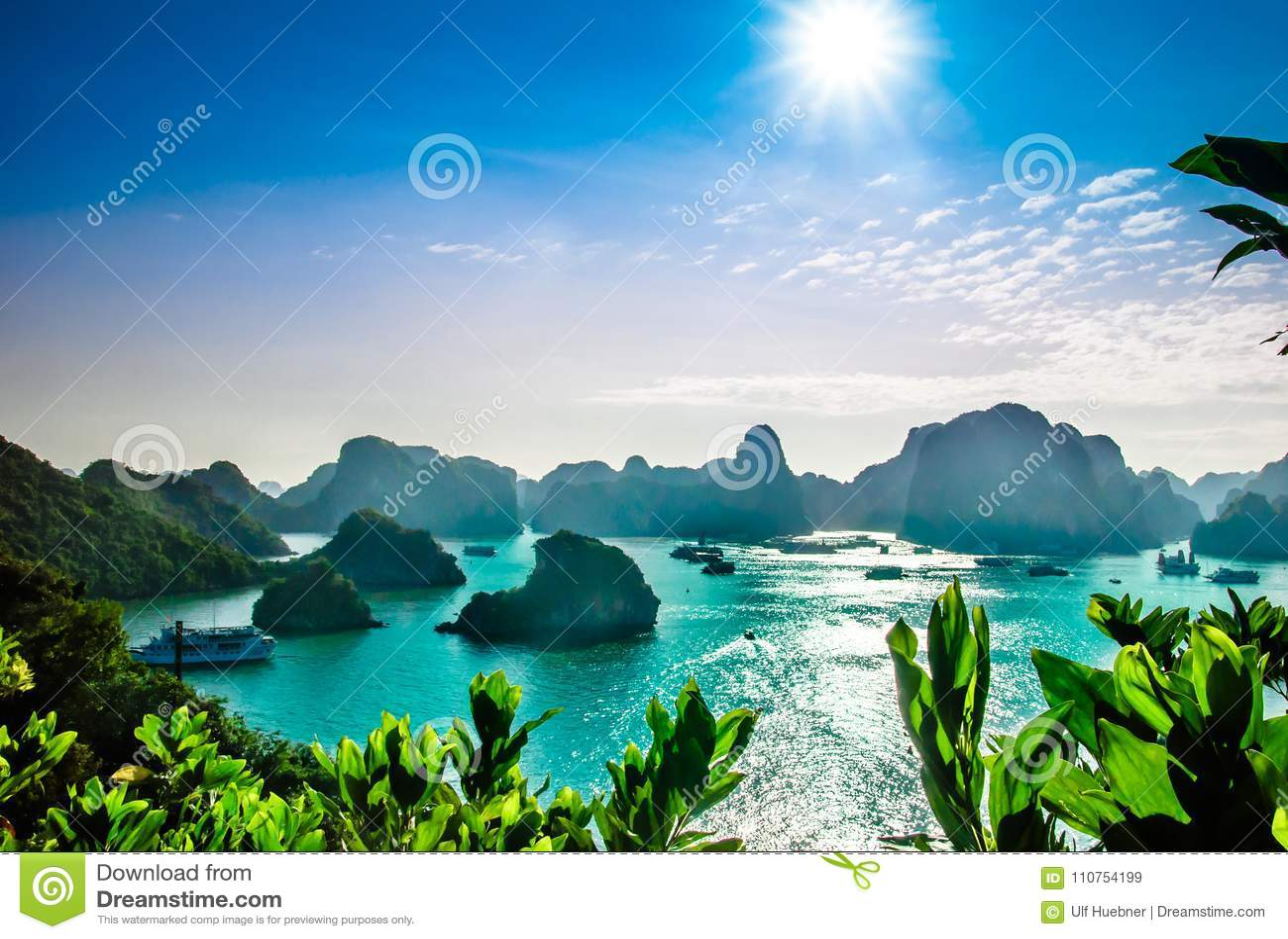 Karst landschap door halongbaai in Vietnam