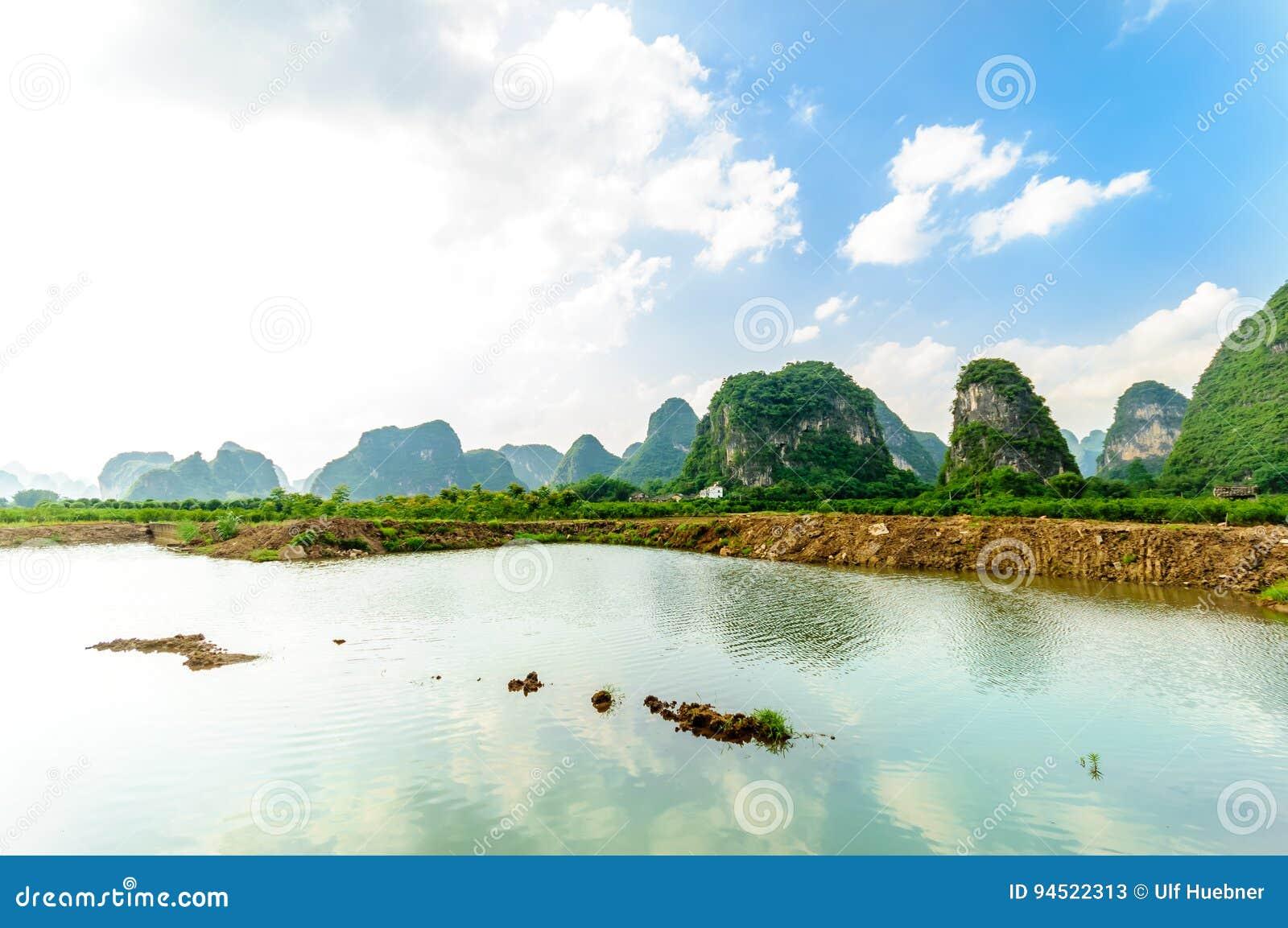 Karst landschap en Li-rivier door Yanhsshuo in Yanhshuo