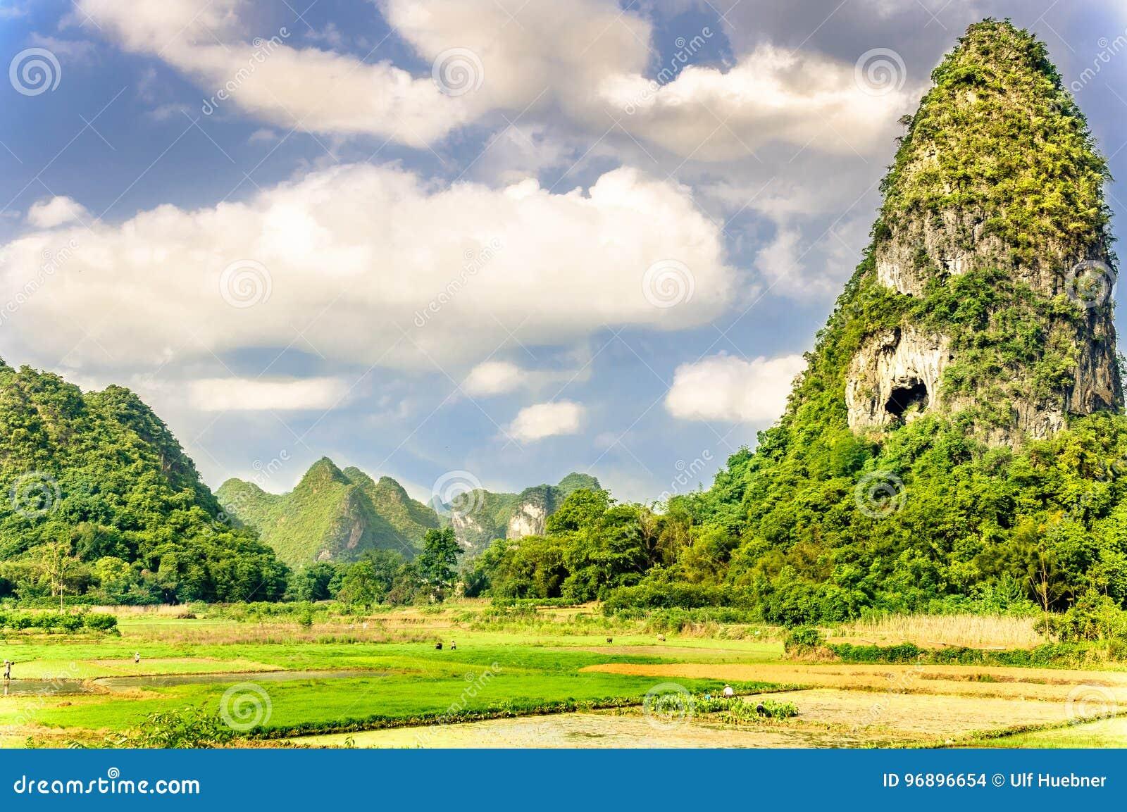Karst landschap en padievelden binnen door Guilin in China