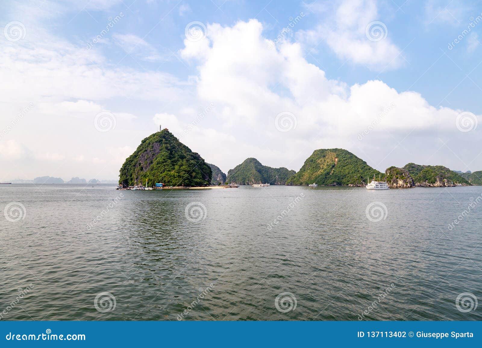 Karst vormingen in Halong-Baai, Vietnam, in de golf van Tonkin