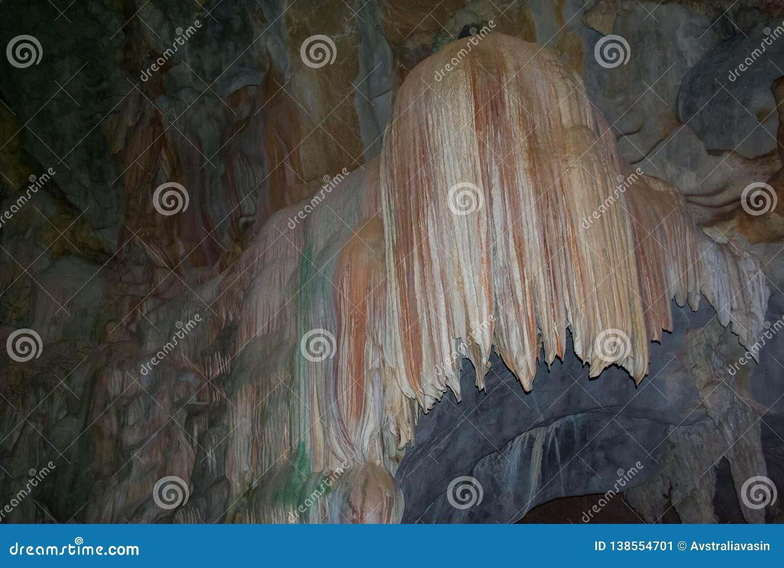 Karsthöhle, -Stalaktiten und -Stalagmite in einer Höhle