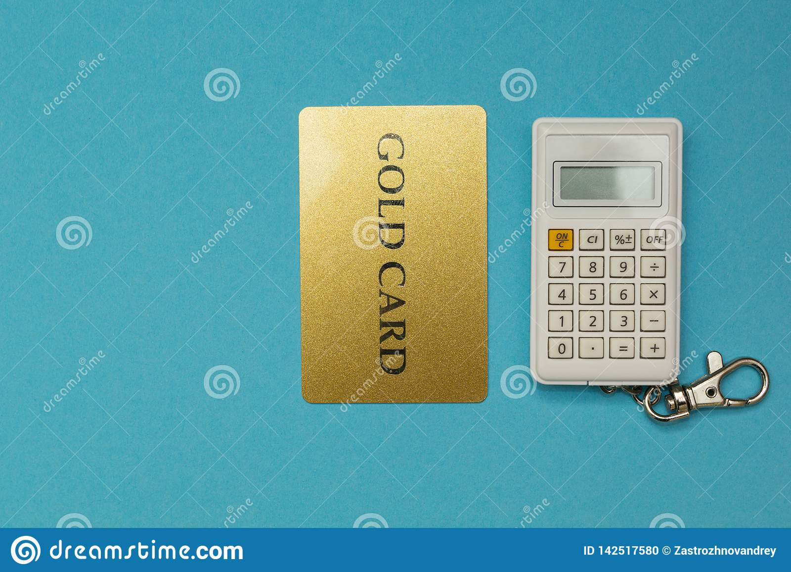 Karta kredytowa na kalkulatora tle na błękitnym tle
