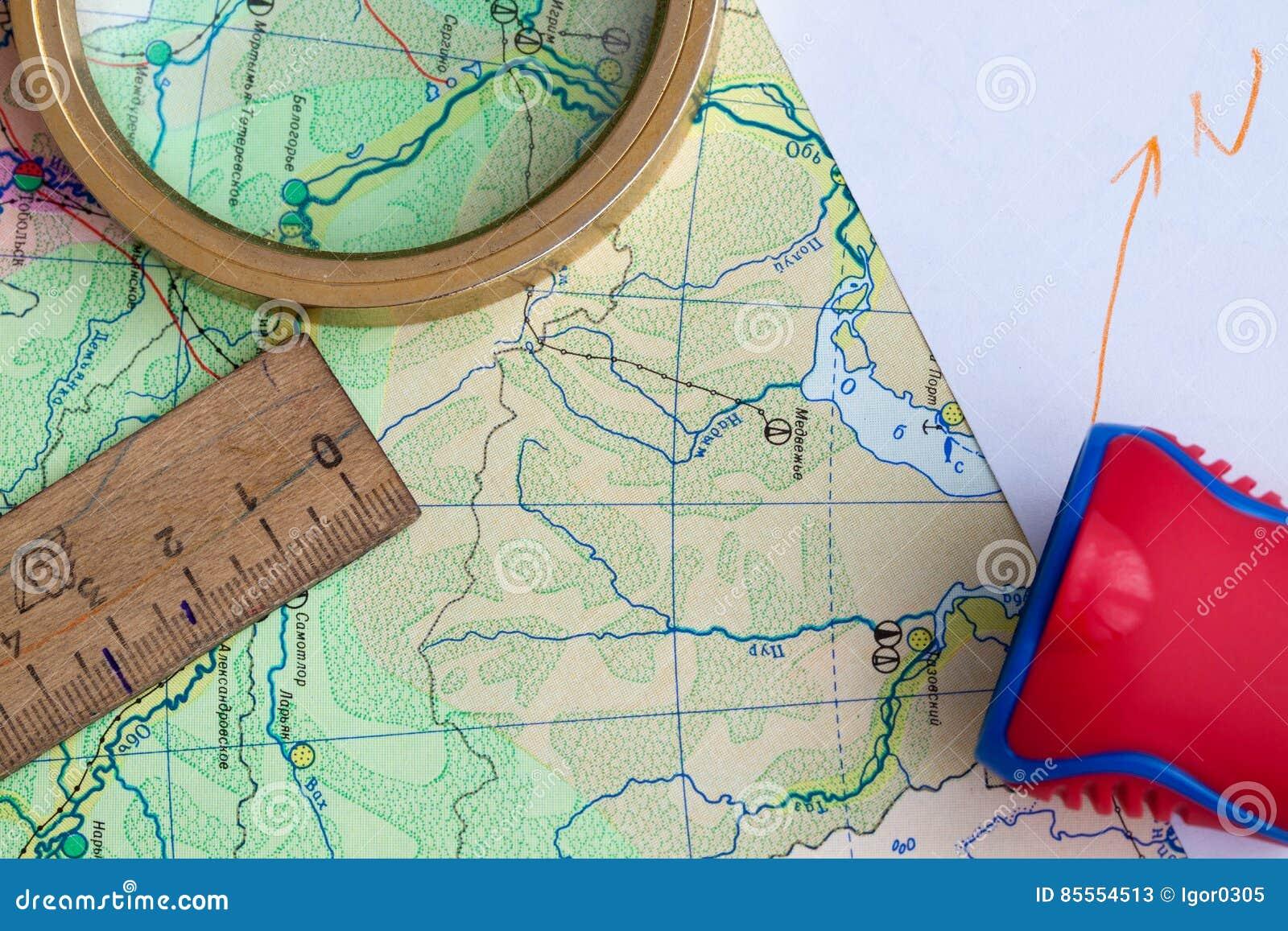 Karte und Bleistift auf dem Tisch