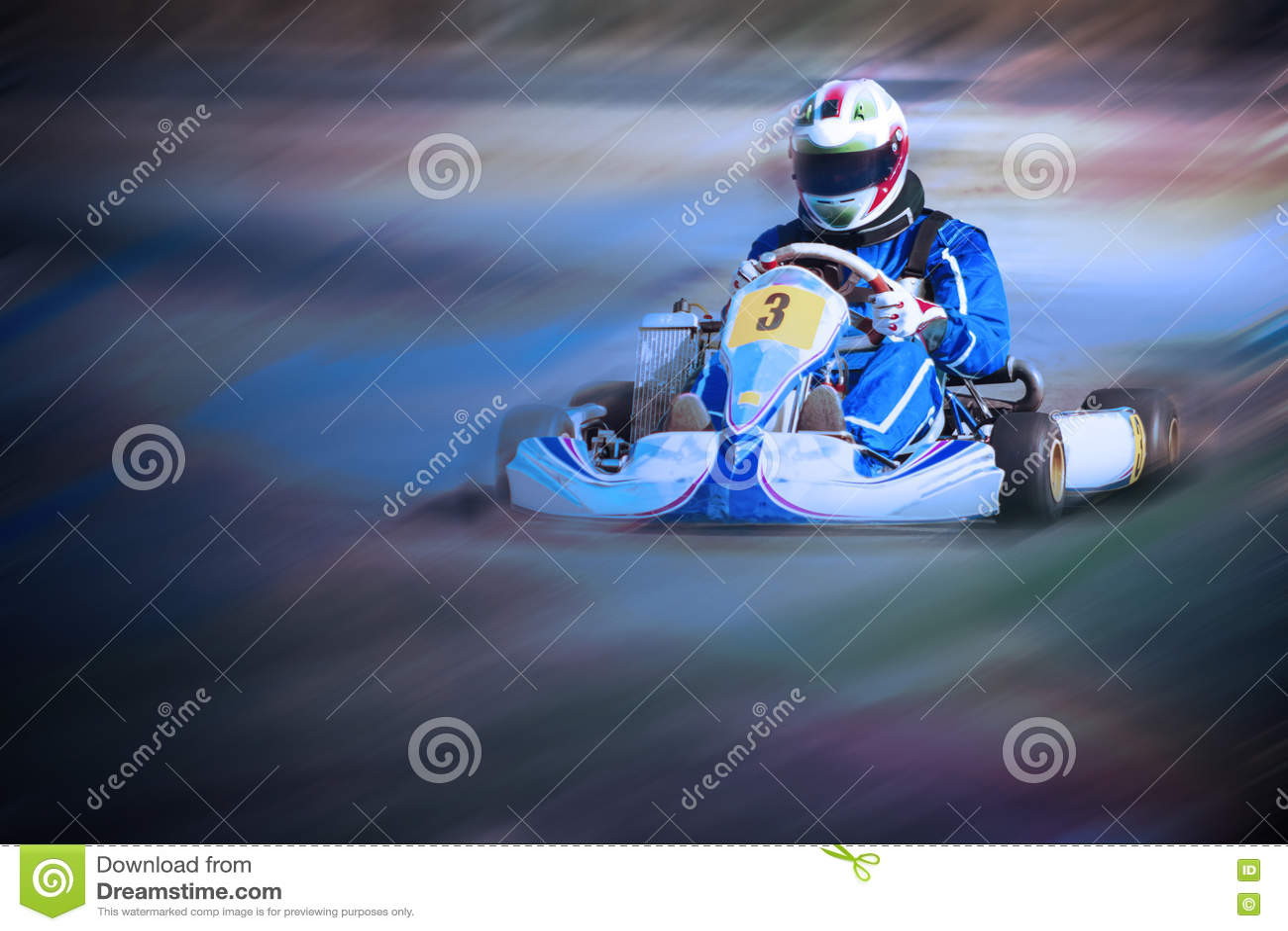 Karting - conducteur dans le casque sur le circuit de kart