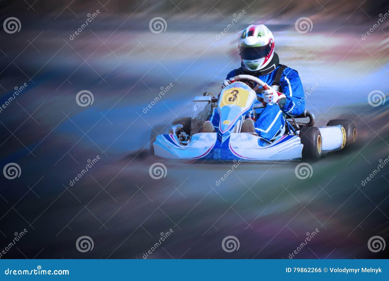 Karting - conductor en casco en el circuito del kart