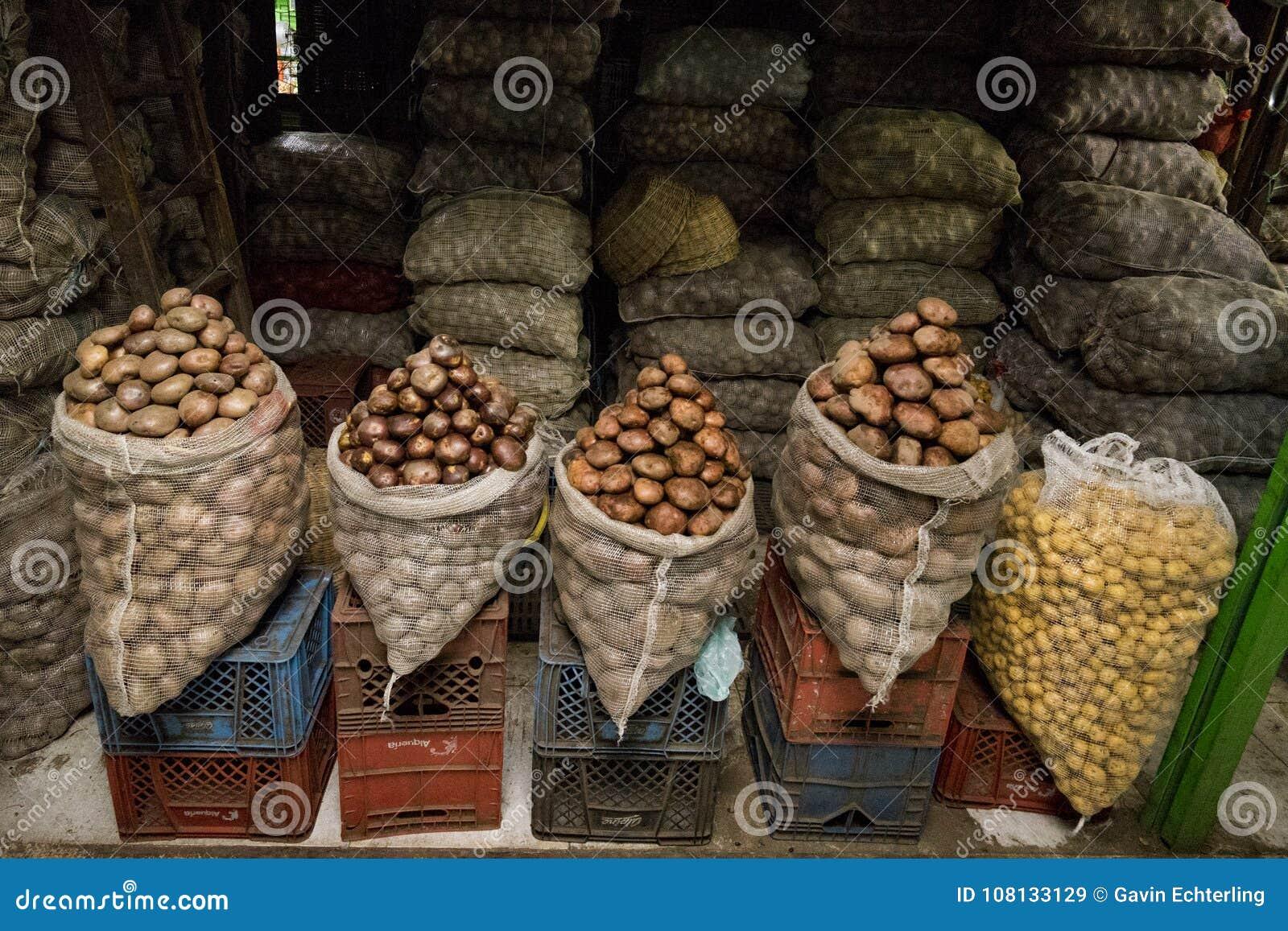 Kartoffeln angezeigt am Paloquemao-Markt Bogota Kolumbien