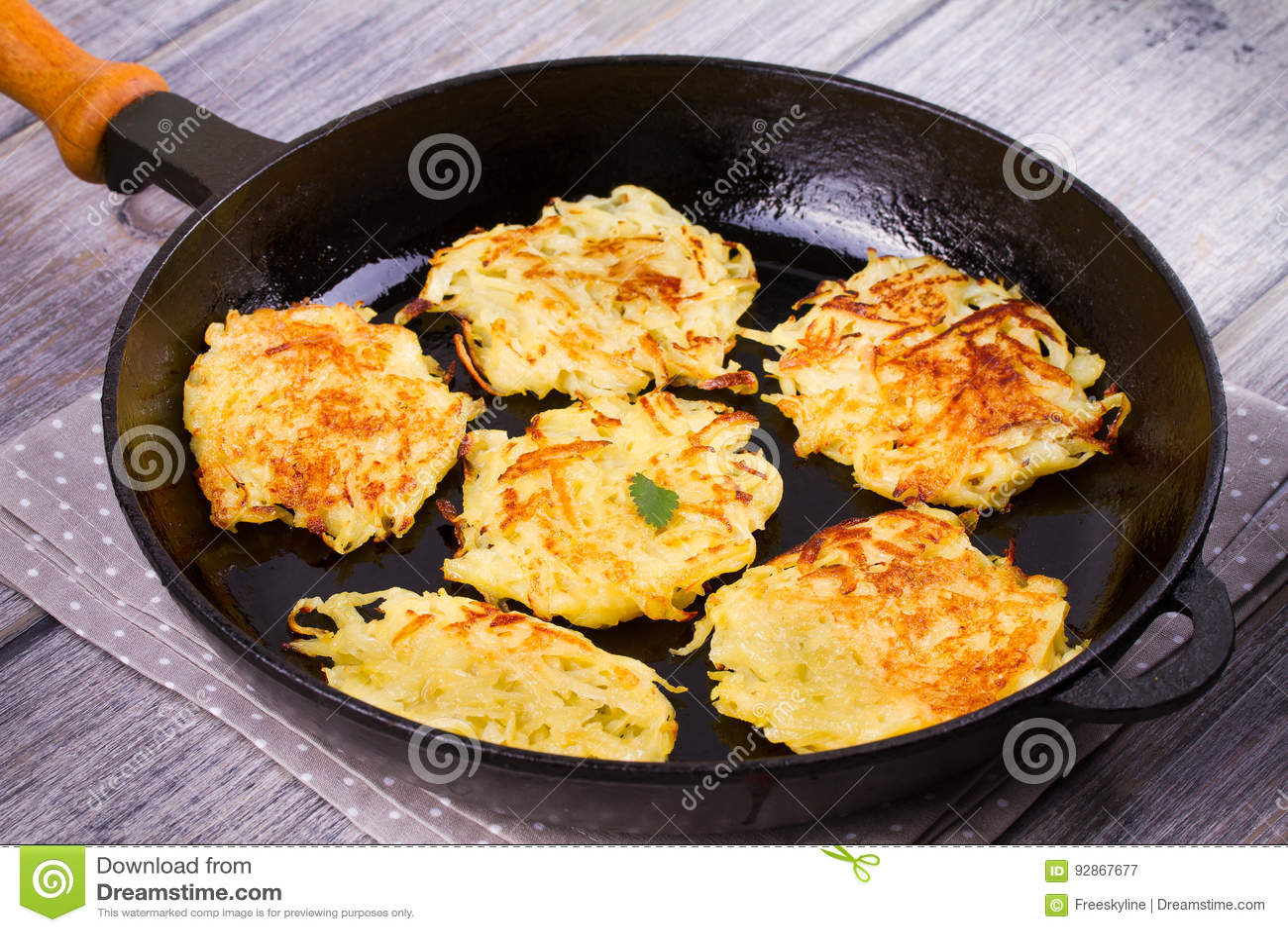 Kartoflani bliny Jarzynowi fritters Latkes w smażyć nieckę