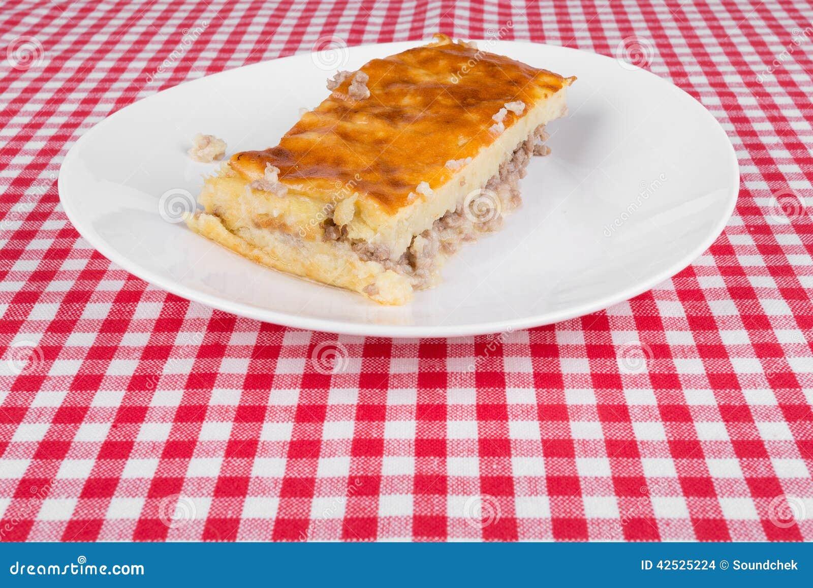Kartoflany kulebiak na białym talerzu
