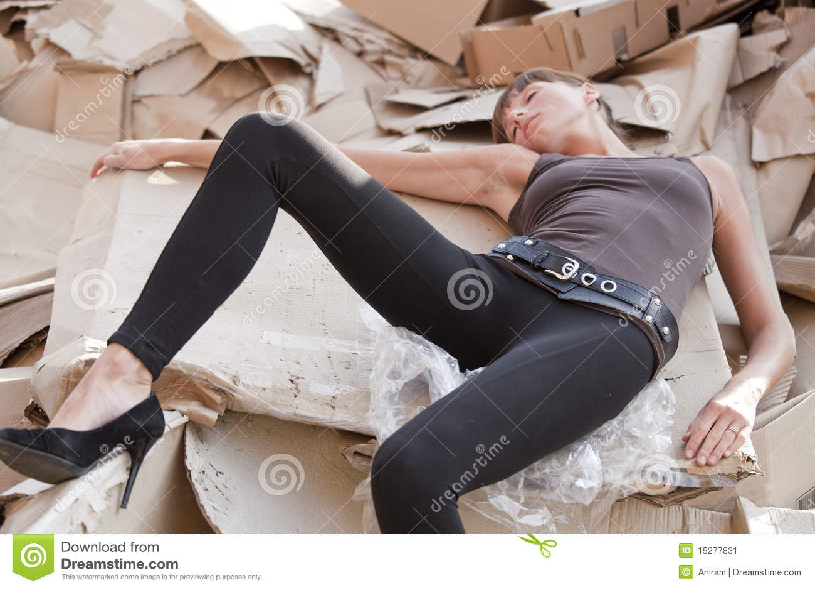 Kartonów nieboszczyka papieru kobieta