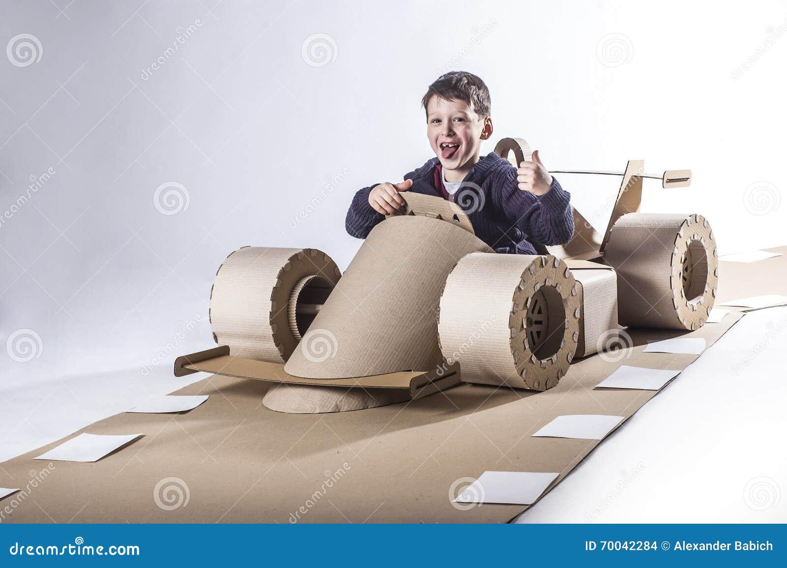 Kartonraceauto stock foto afbeelding bestaande uit mensen 70042284 - Fabriquer une voiture en carton ...