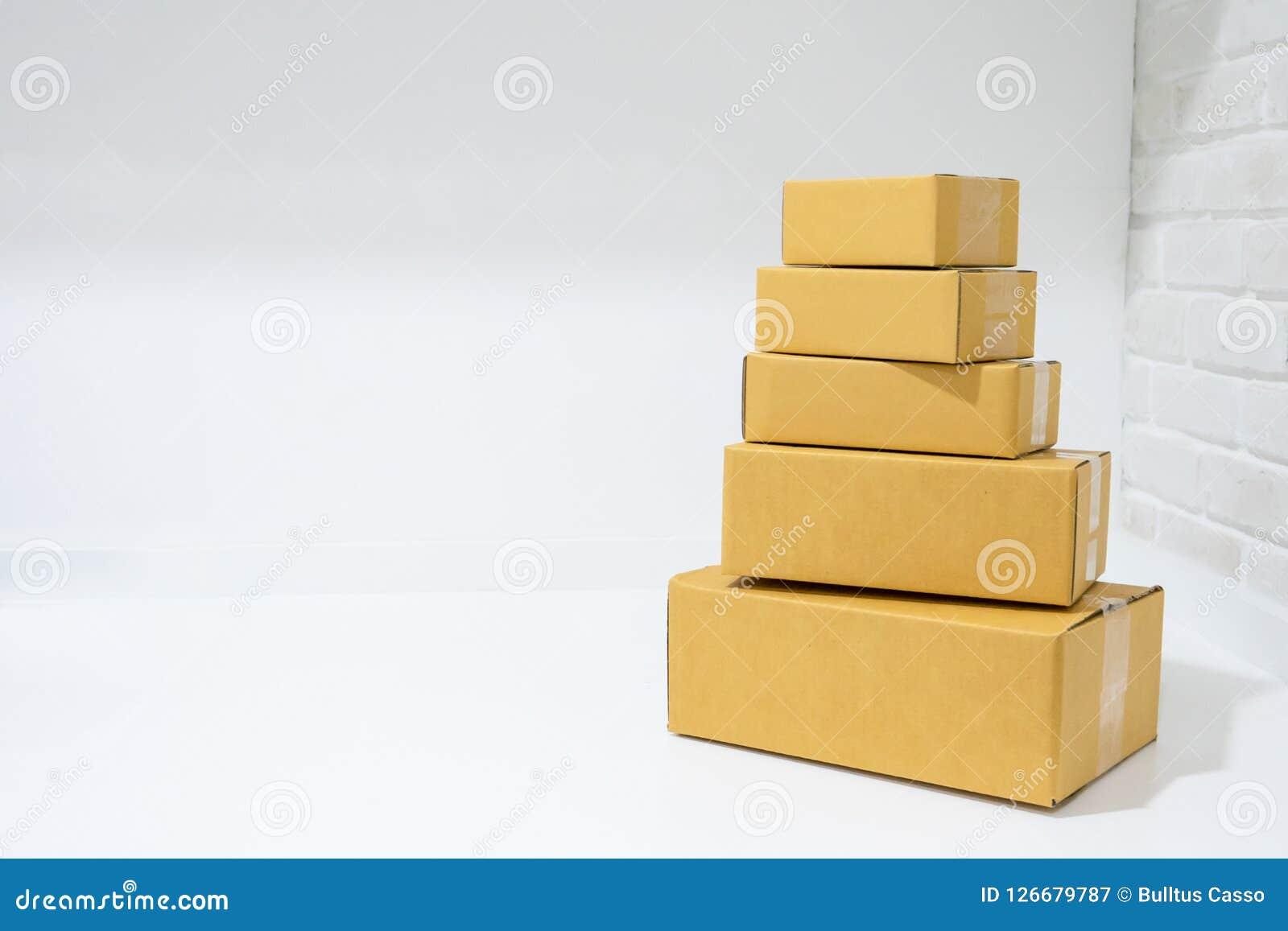 Kartonvakjes op lijst met exemplaarruimte die worden gestapeld