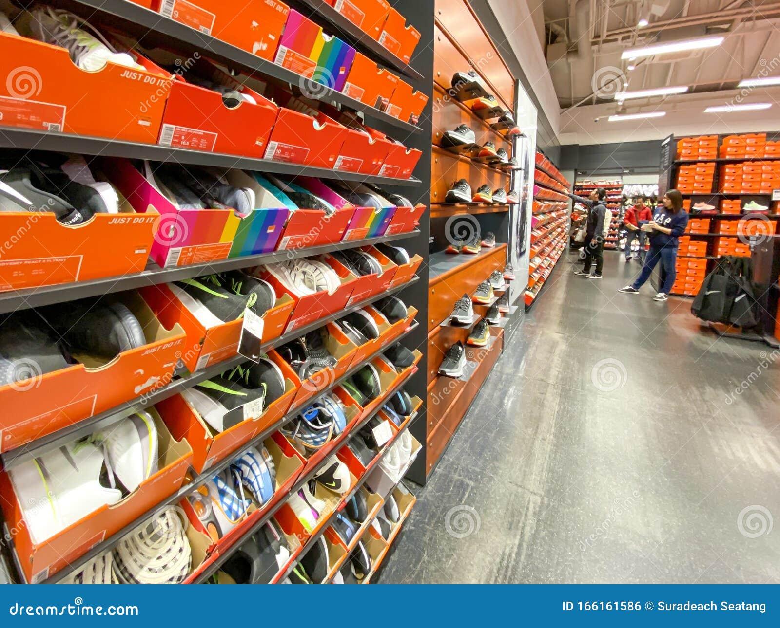 paquete de moda y atractivo novísimo selección comprar genuino Nike Outlet Store In The Karuizawa Editorial Photo - Image of ...