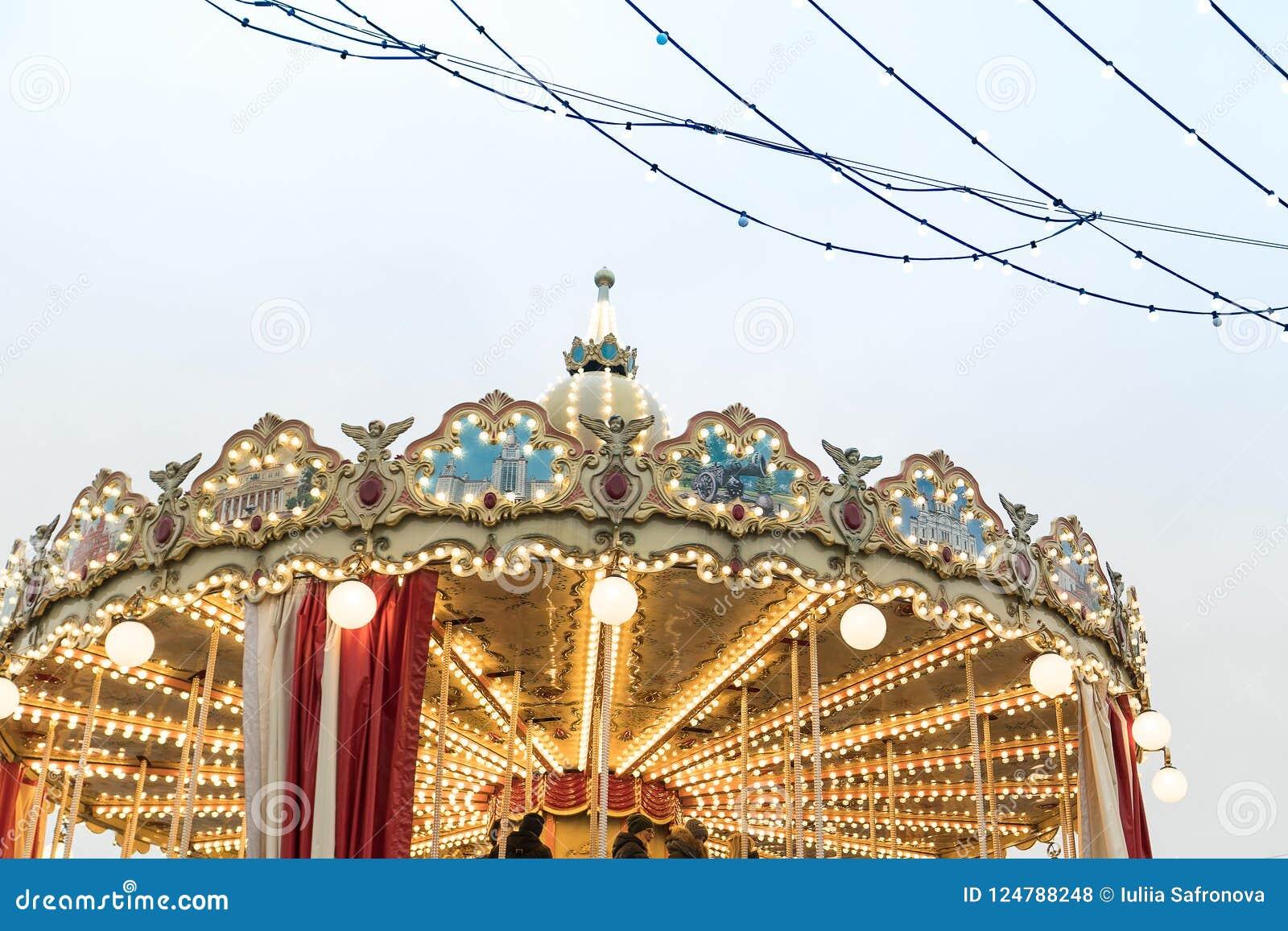 Karusell folk festivaler på bakgrunden av MoskvaKreml
