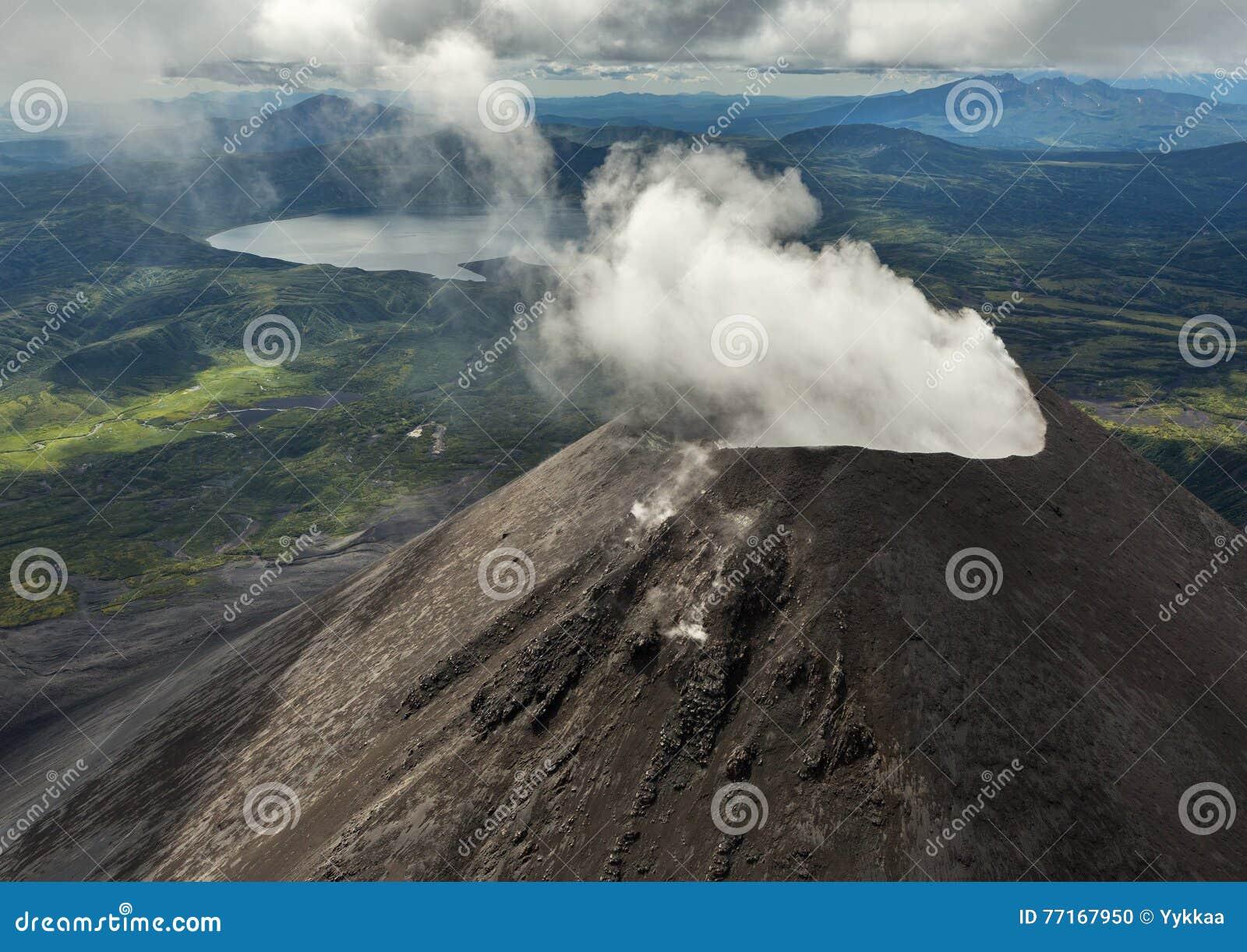 Karymsky är en aktiv stratovolcano Kronotsky naturreserv på den Kamchatka halvön