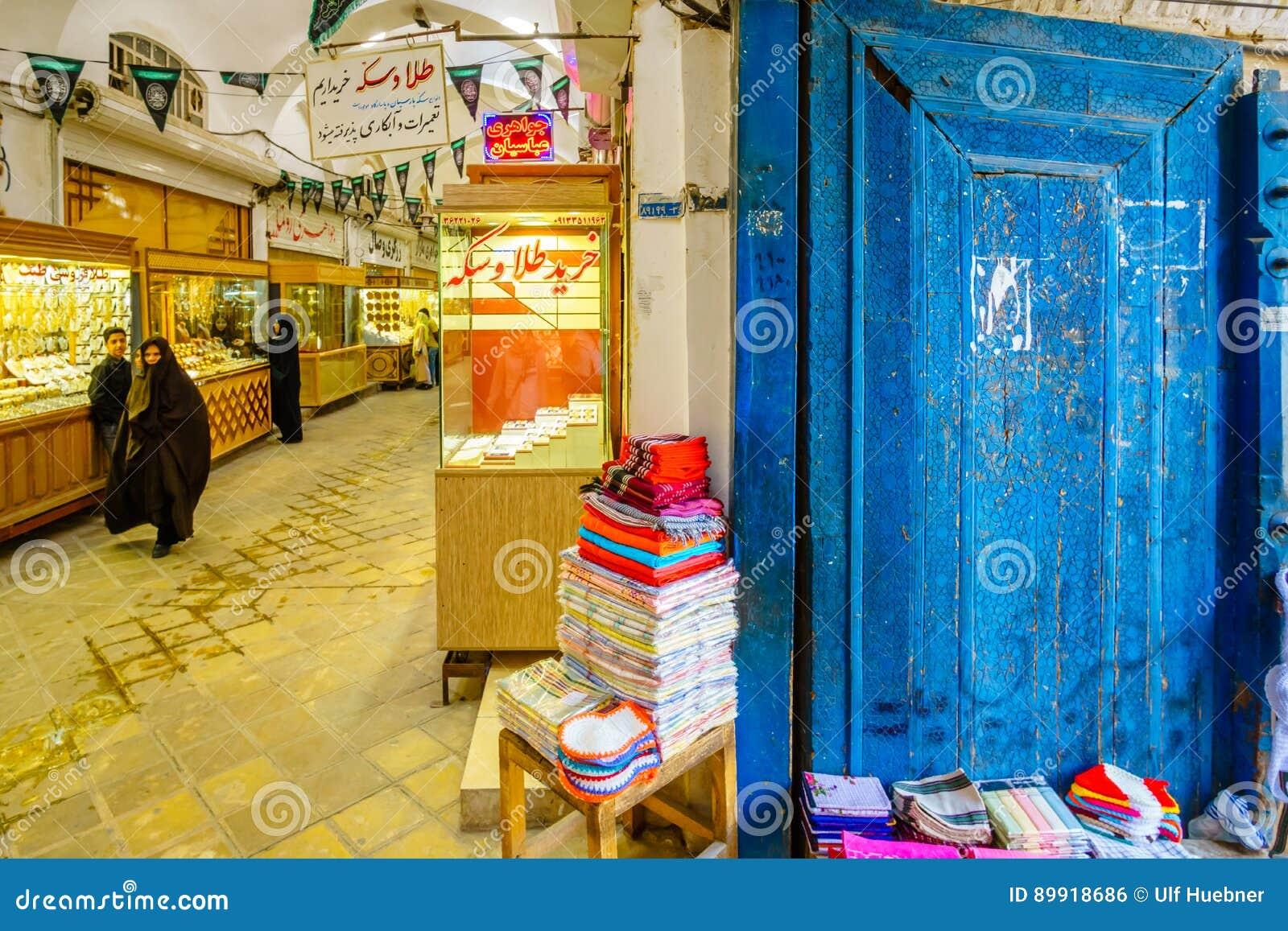 Kashan, IRÃ - 27 de outubro de 2016: artesanatos pelo bazar de Kashan