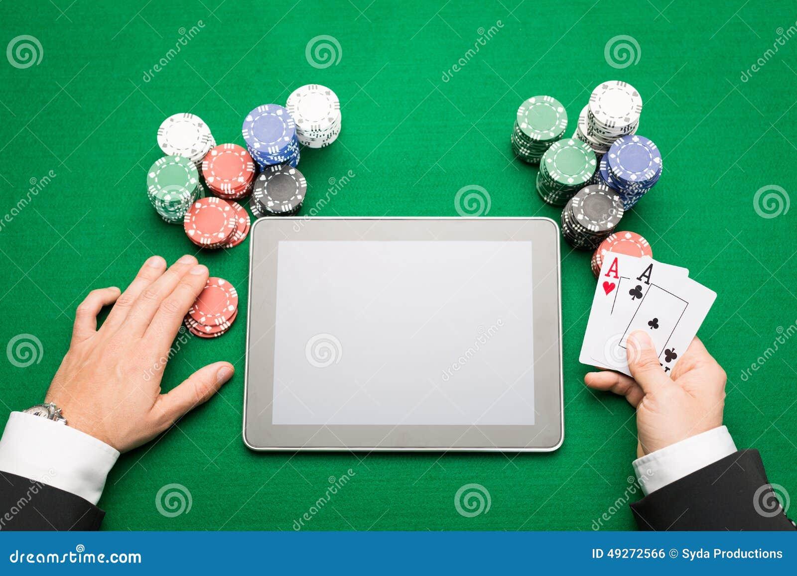 Kasinopokerspelare med kort, minnestavlan och chiper