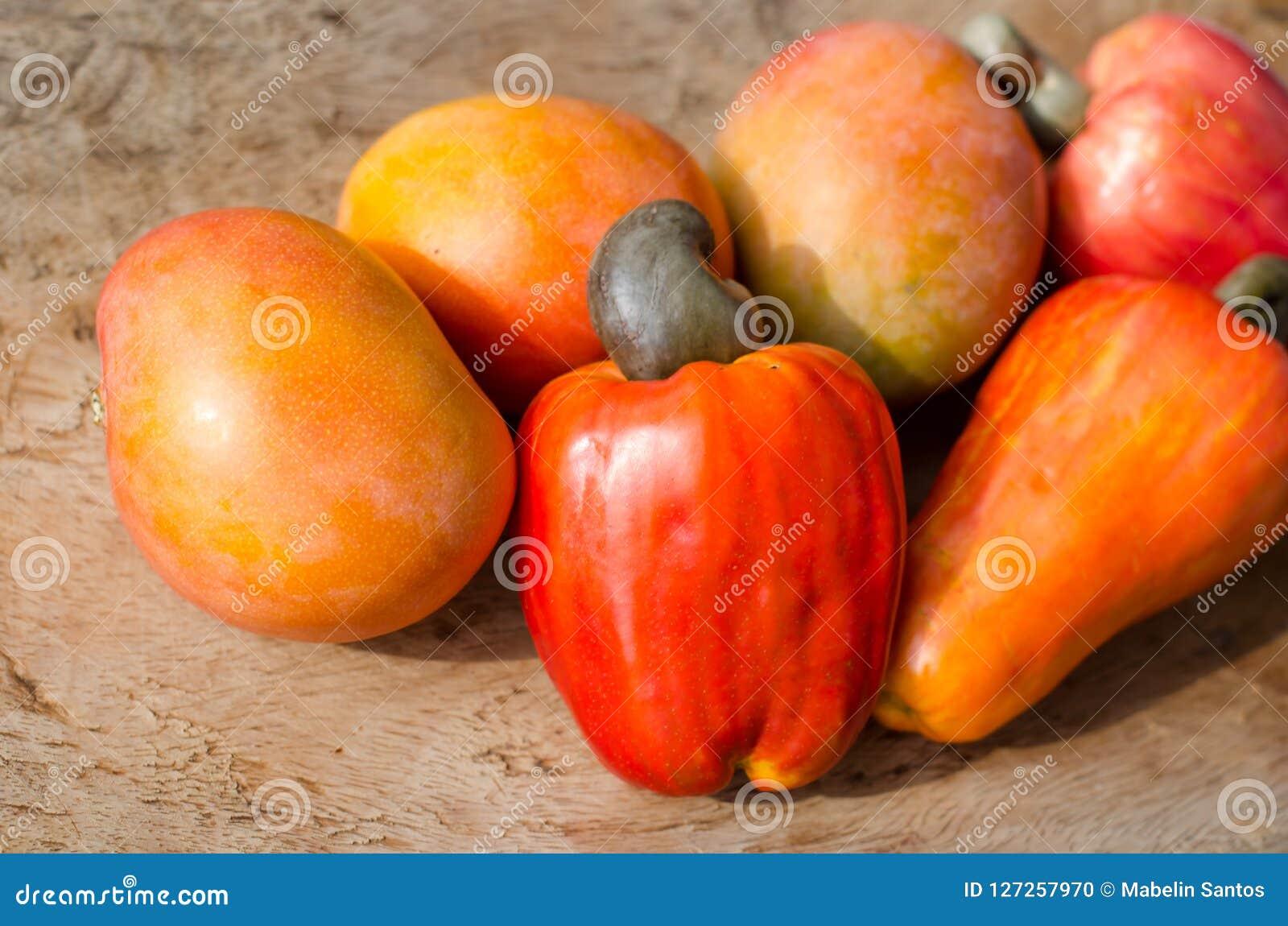 Kasjuäpplen och mango