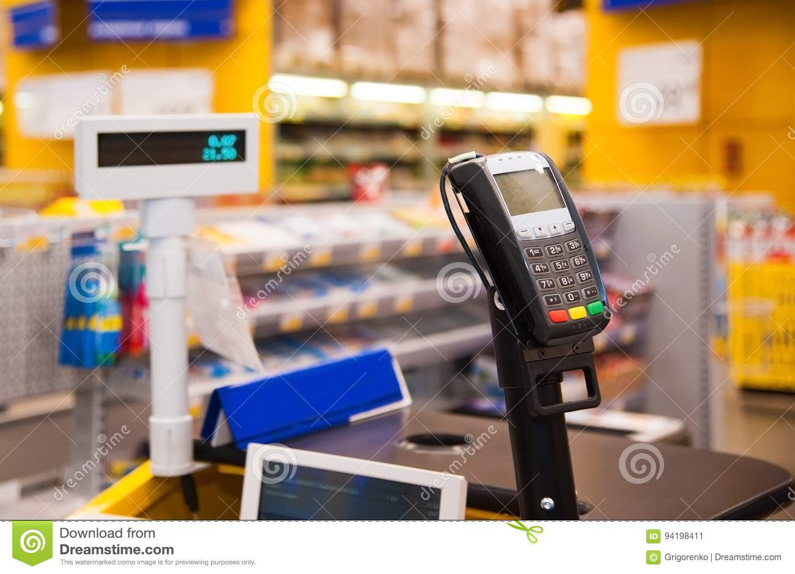 Kassa med betalningterminalen i supermarket
