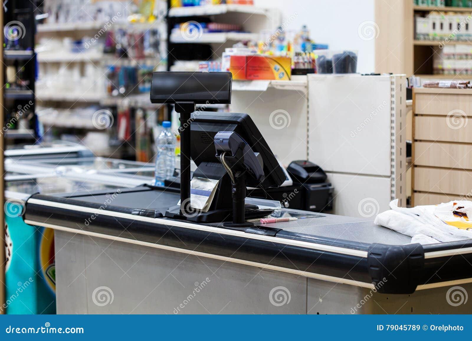 Kassa med terminalen i supermarket