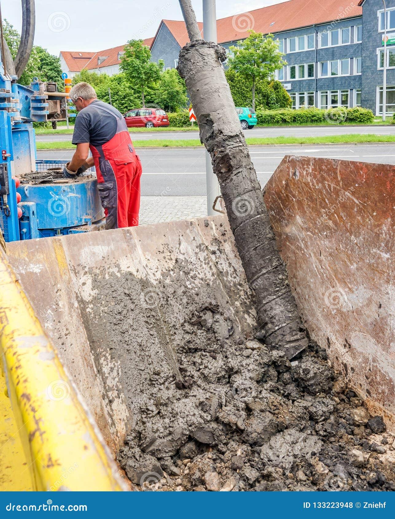 Kassel, Duitsland, 22 Mei , 2017: Het boorwerk voor de bouw van een put om het grondwater, verwijdering van de boring te controle