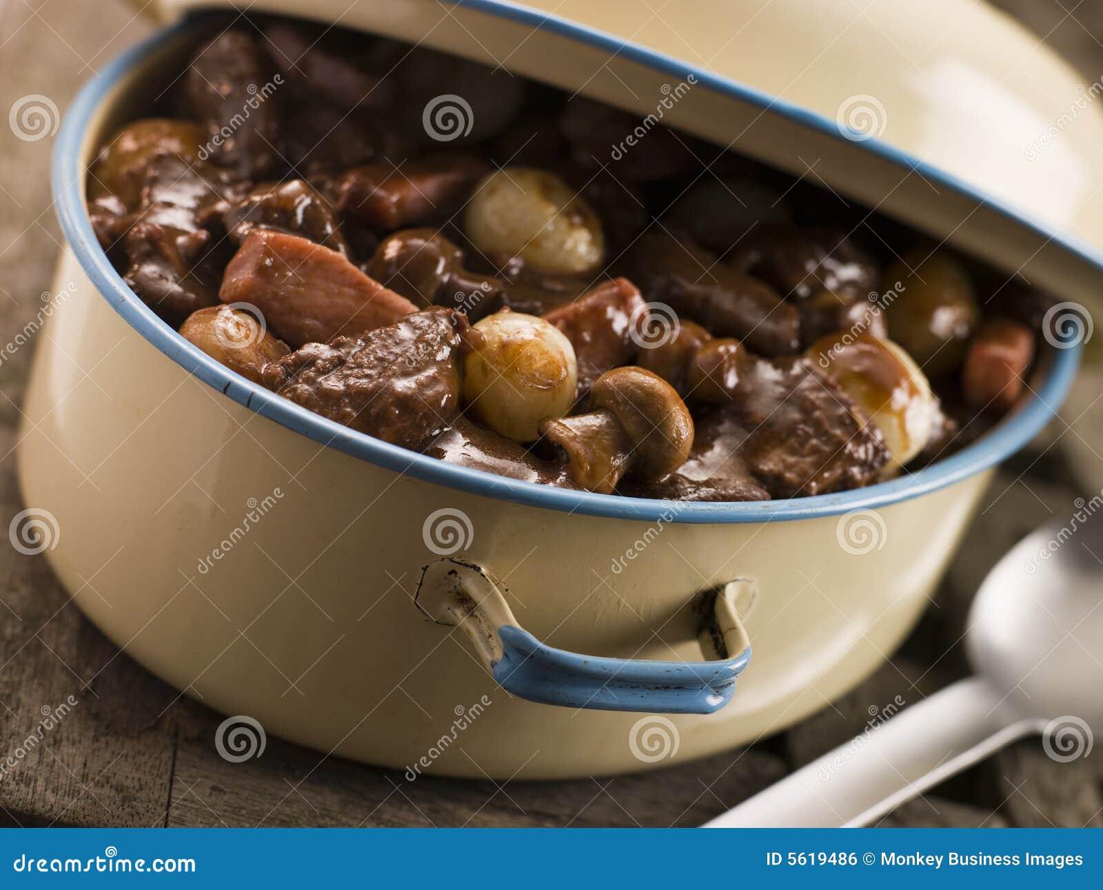 Kasserolle-Teller mit Rindfleisch Bourguignonne