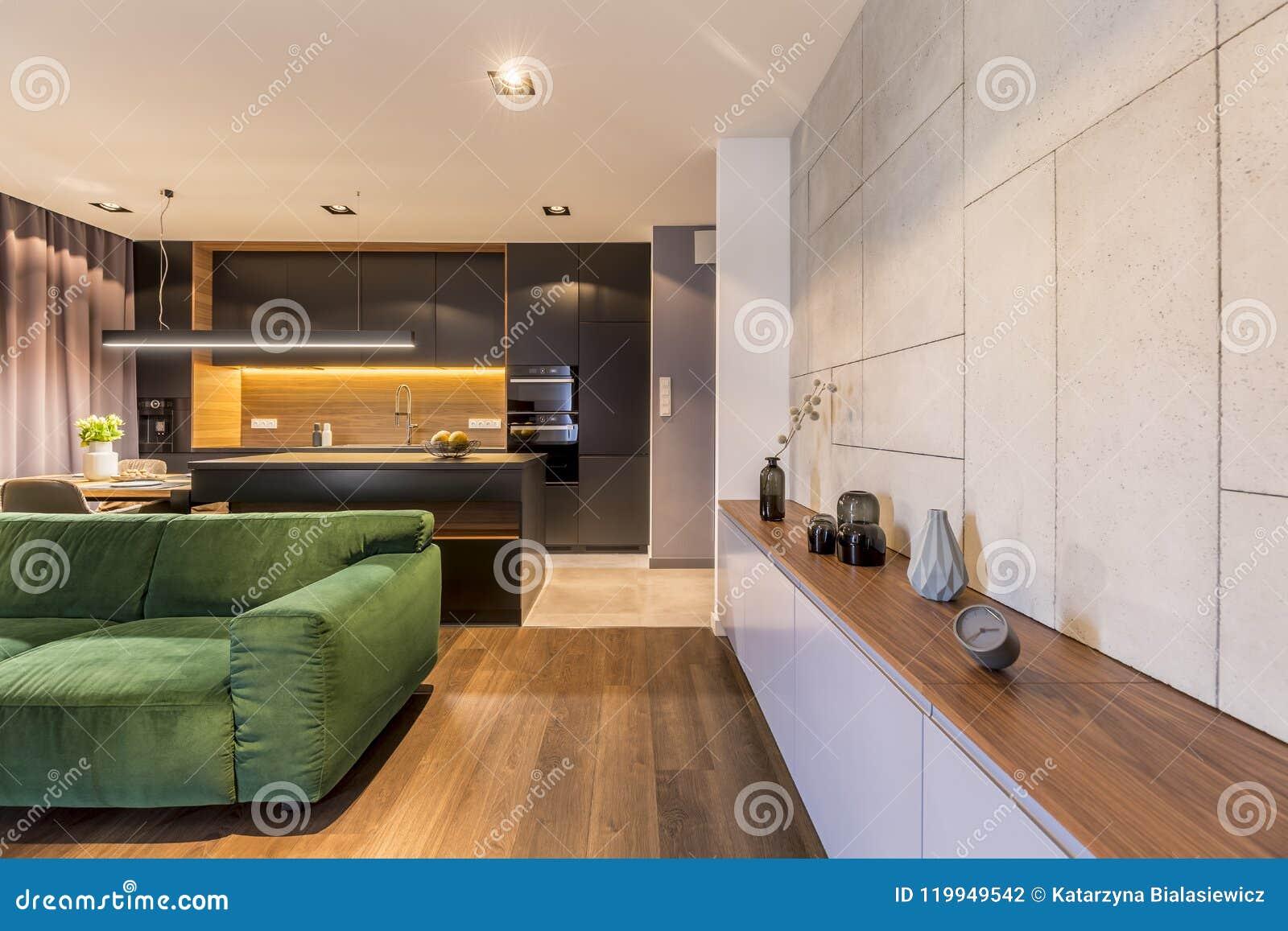 Kast met vazen en klok in modern elegant woonkamerbinnenland met
