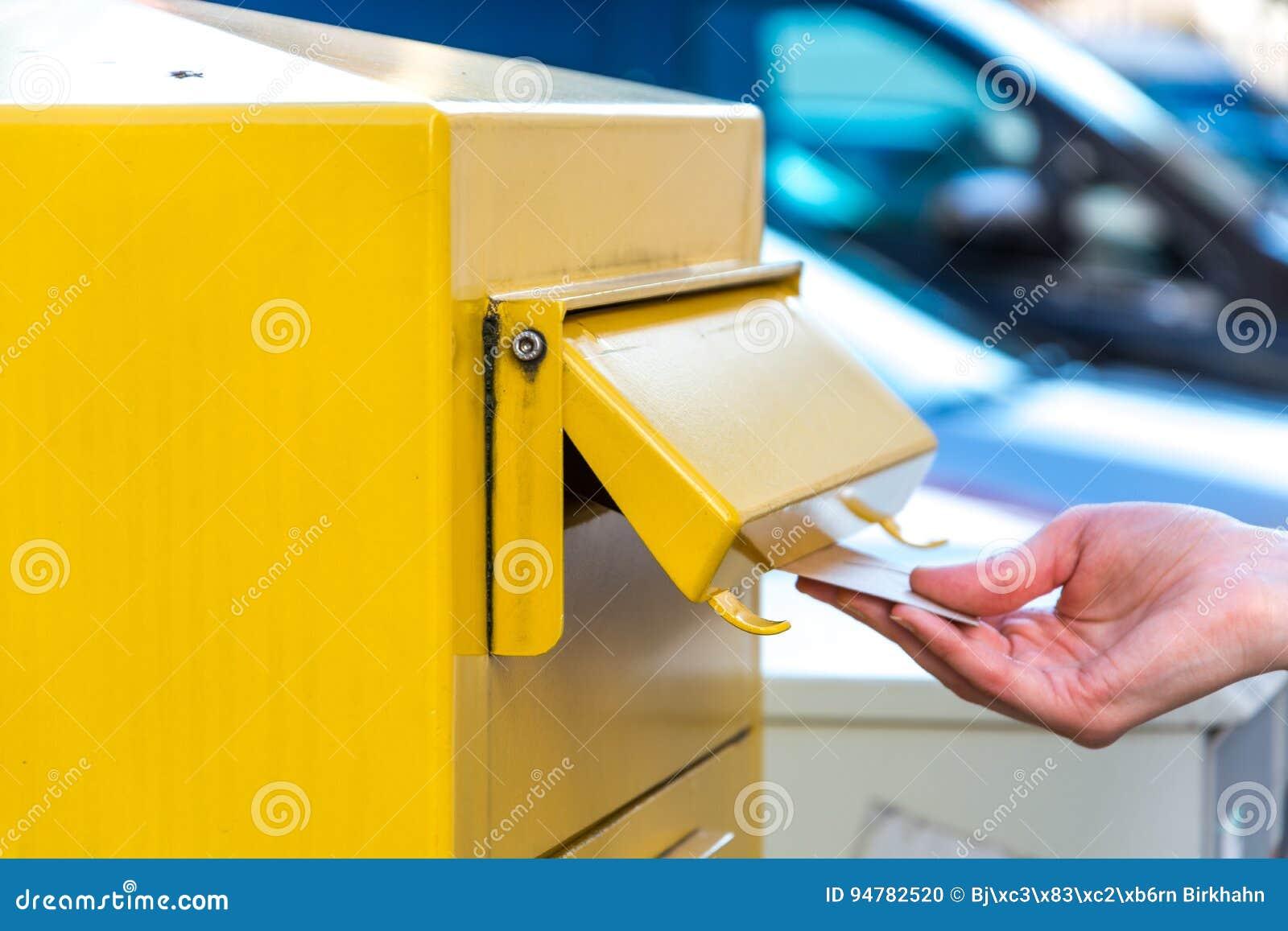 Kasta en bokstav i en gul brevlåda