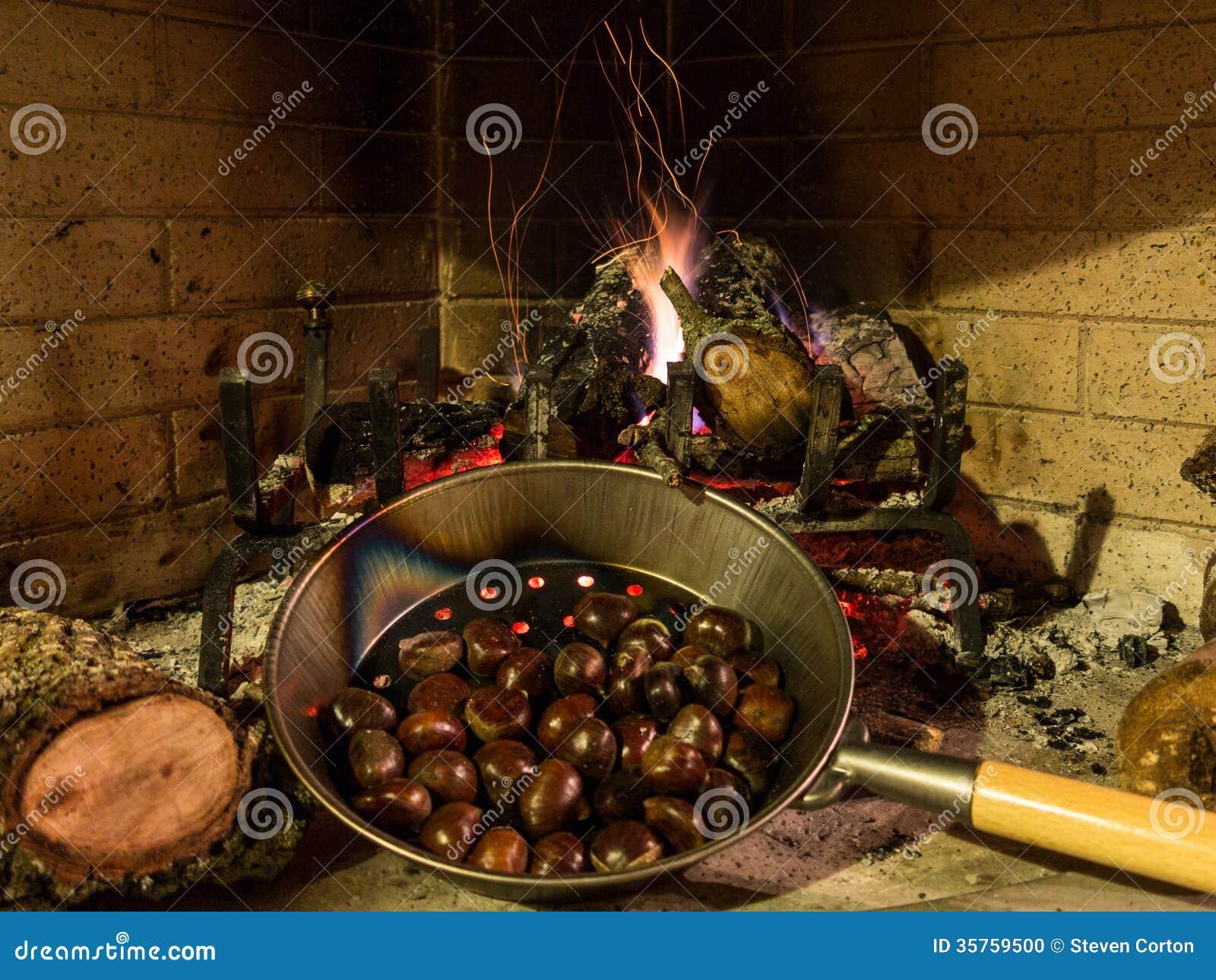 Kastanien Auf Einem Offenen Feuer Stockfoto Bild Von Stapel