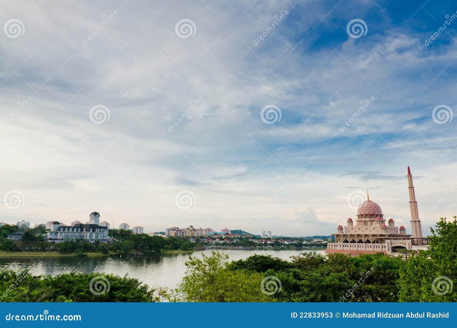 Kasteel door de Oever van het meer en de Moskee Putra