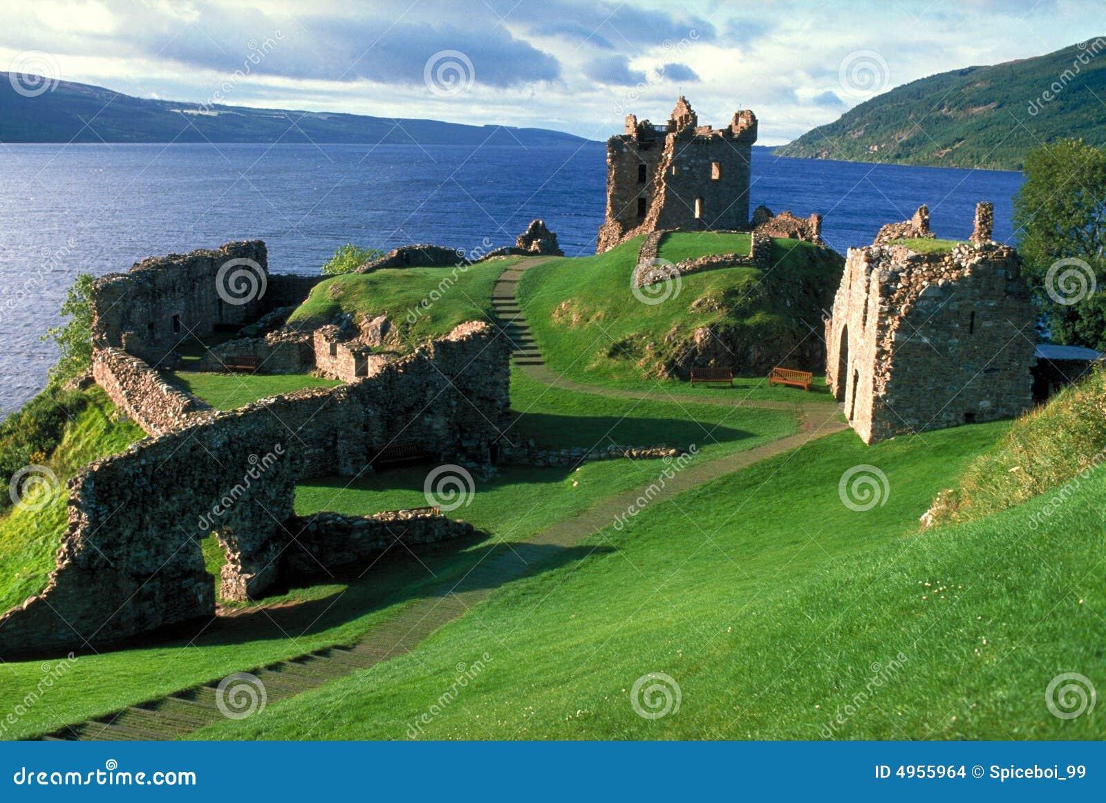 Kasteel door Loch Ness