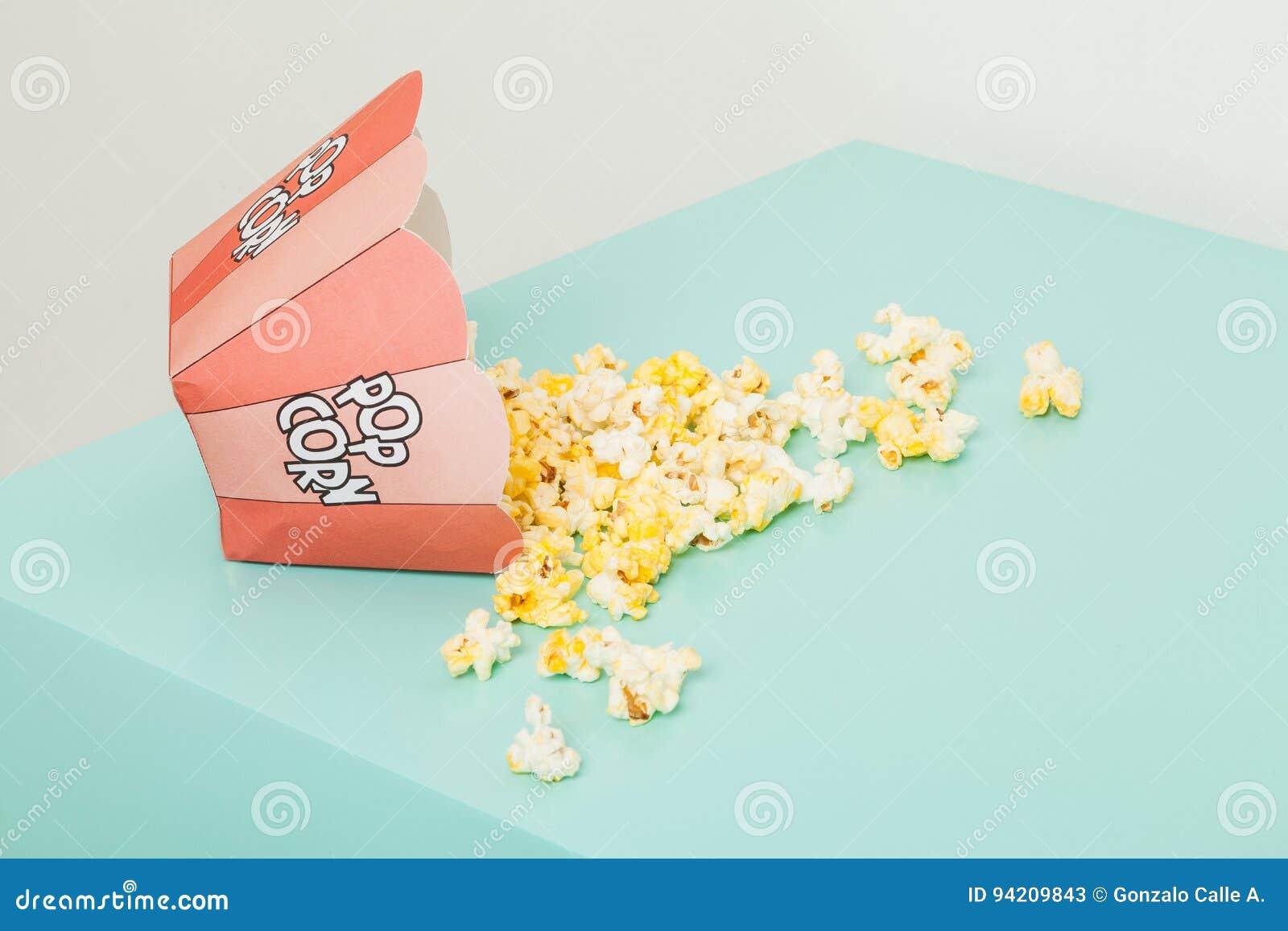 Kasten von zwei Farben mit Popcorn