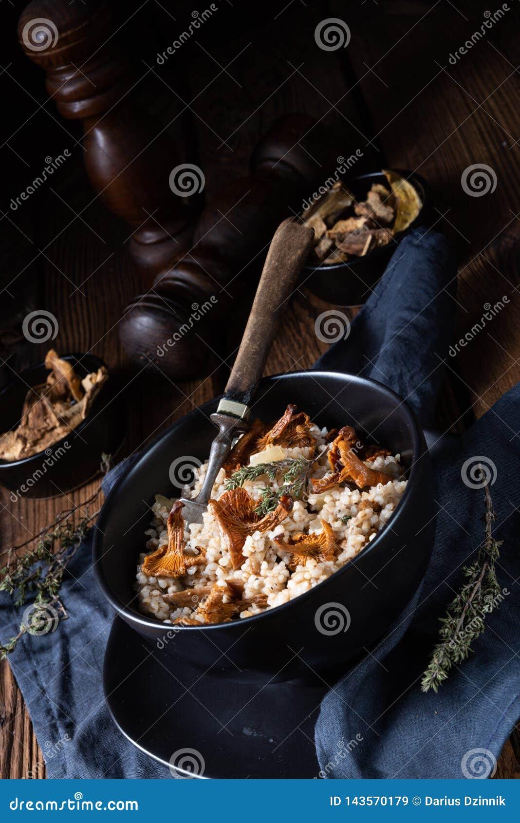 Kaszotto- połysku risotto od jęczmiennych groats z pieczarkami