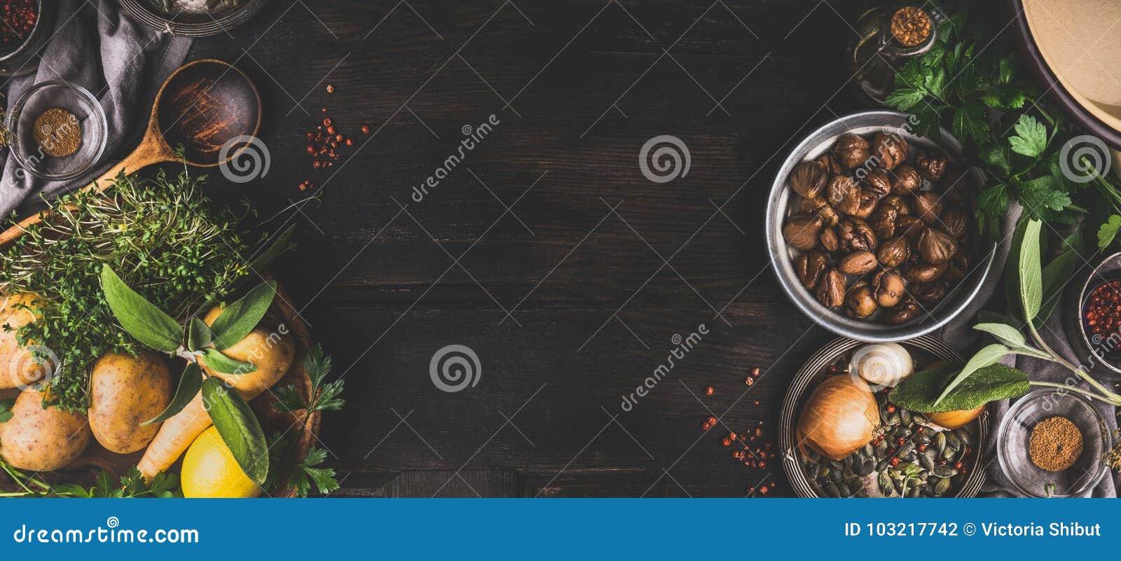 Kasztany gotuje składniki na ciemnym nieociosanym tle, odgórny widok, miejsce dla teksta Sezonowy jedzenie i łasowanie