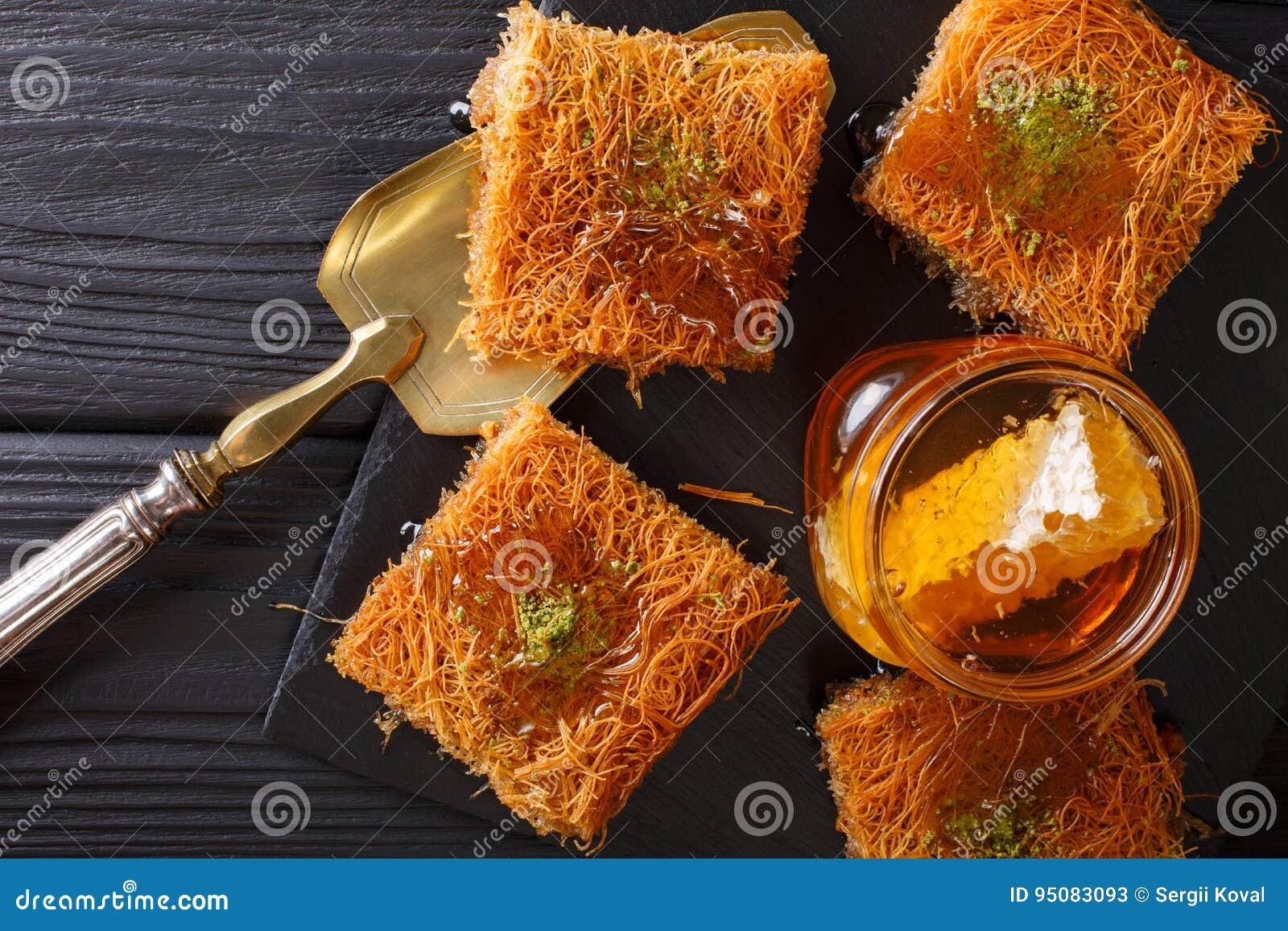 Kataif Kuchen Mit Pistazien Und Frischer Honignahaufnahme Auf Einer