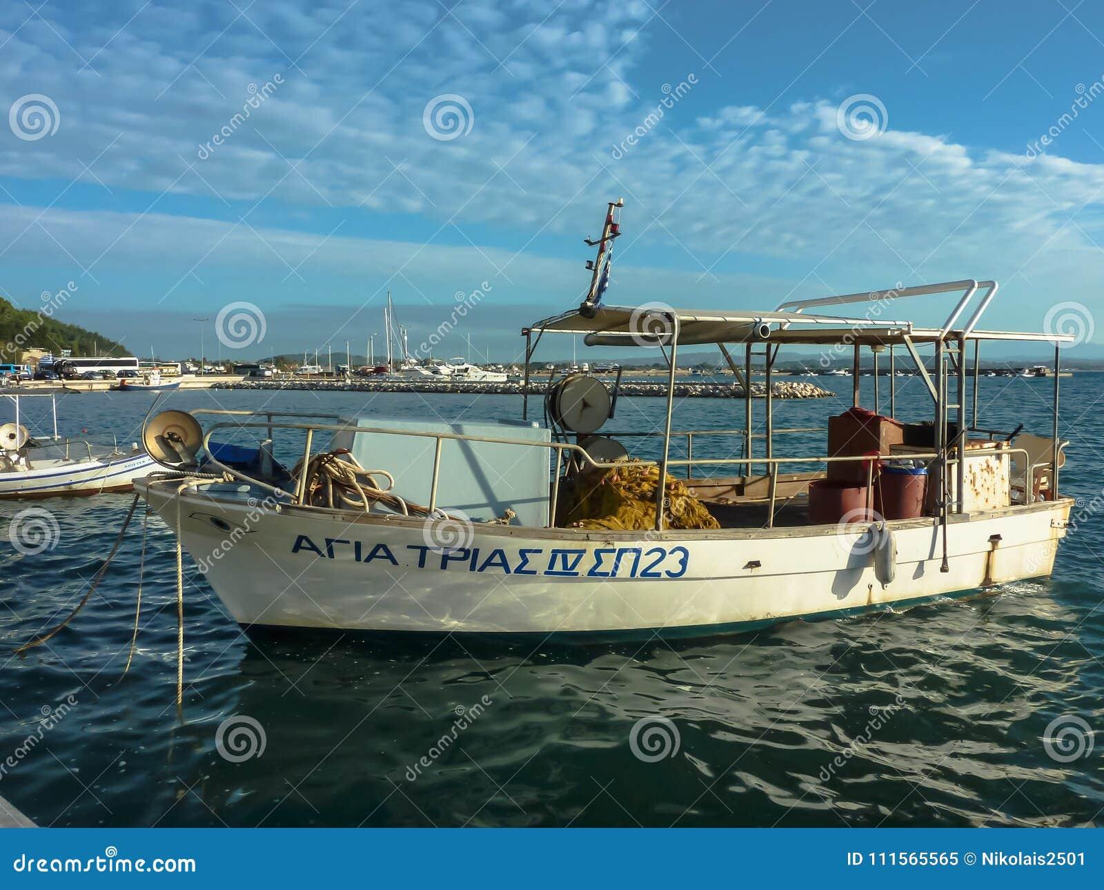 KATAKOLO, GRECIA - 31 de octubre de 2017: Barcos de pesca tradicionales en el puerto del Katakolo Olimpia, Grecia