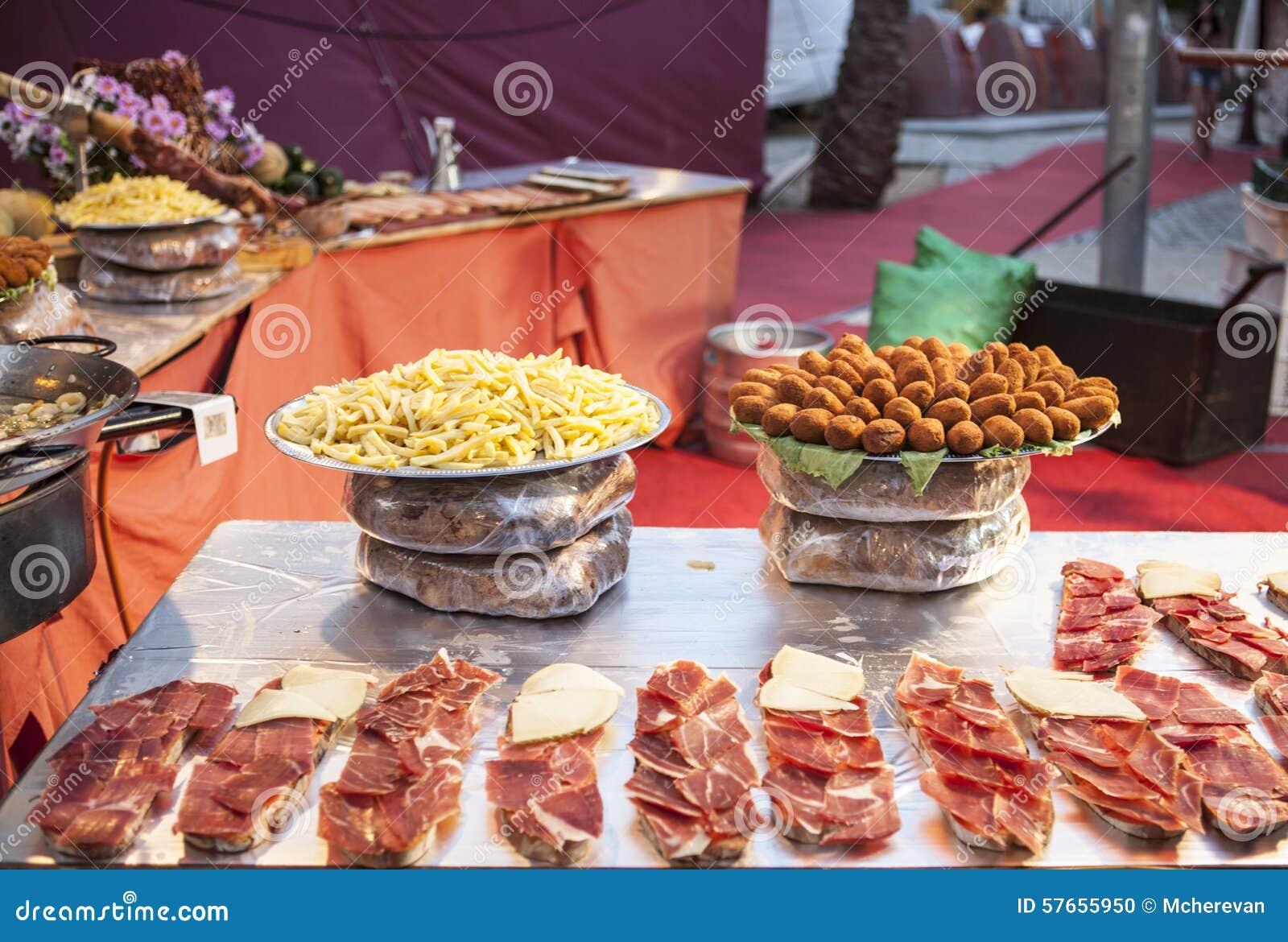 Katalończyk ściska z jamon, pomidor i kiełbasa