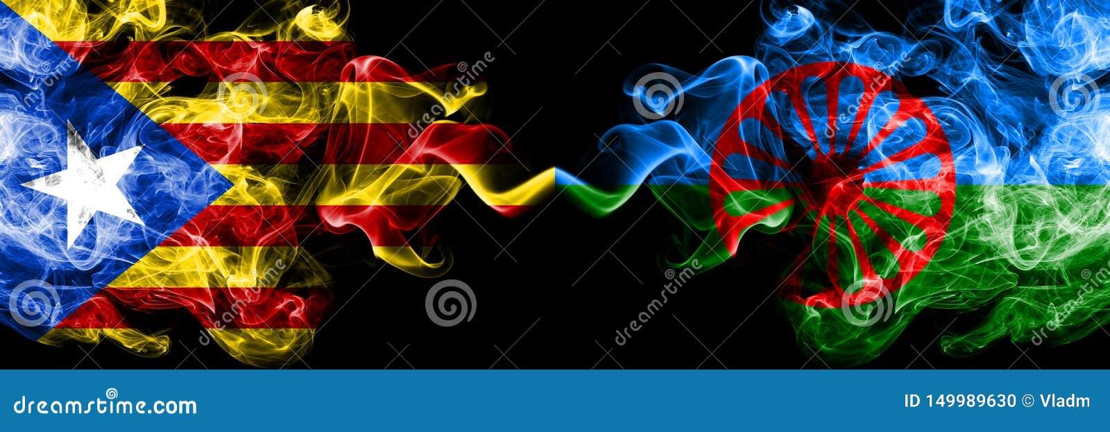 Katalonien gegen Zigeuner, römische Rauchflaggen nebeneinander gesetzt Dicke farbige seidige Rauchflaggen von Katalonien und von