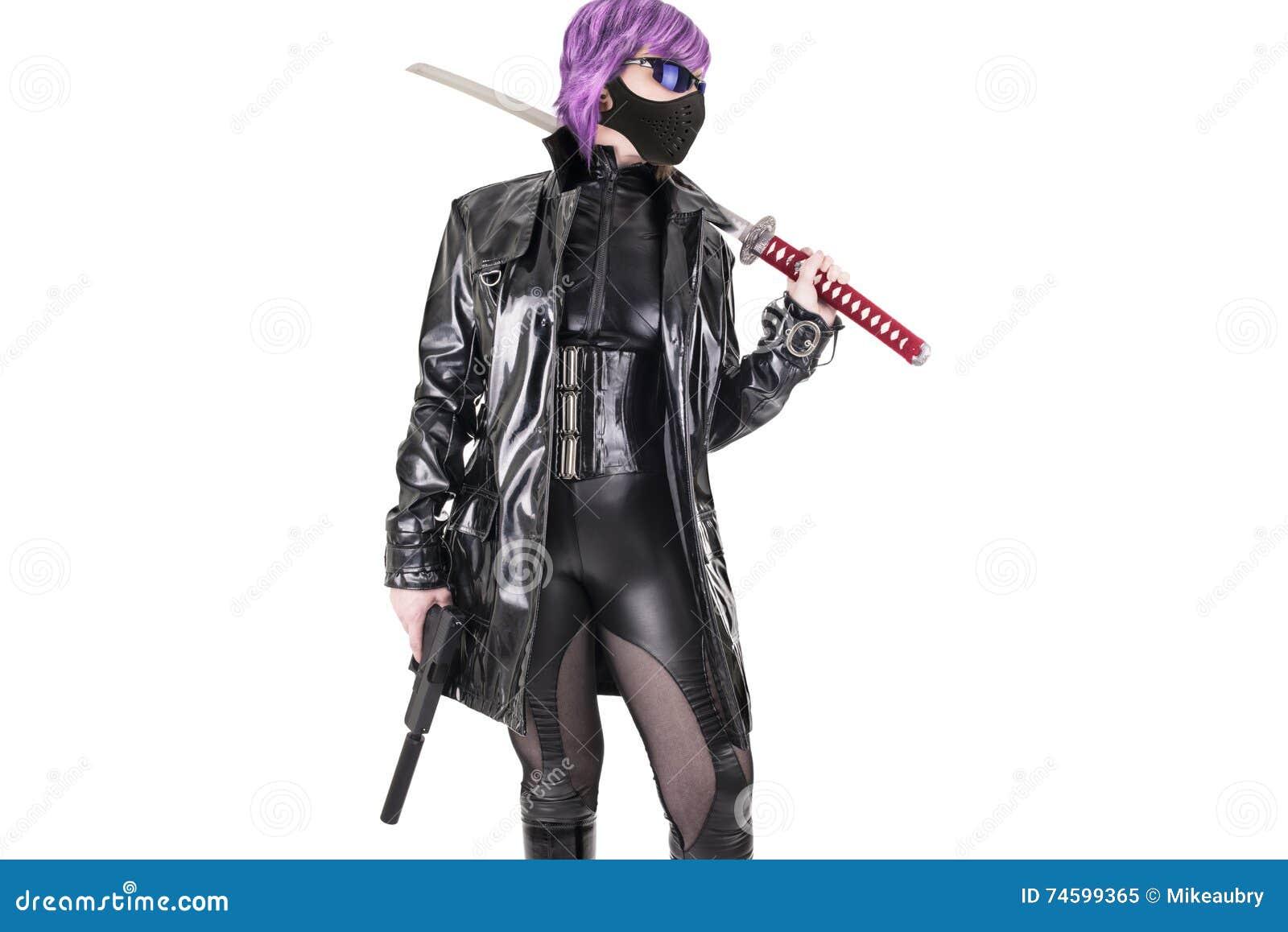 Katana och handeldvapen för sexig kvinna hållande