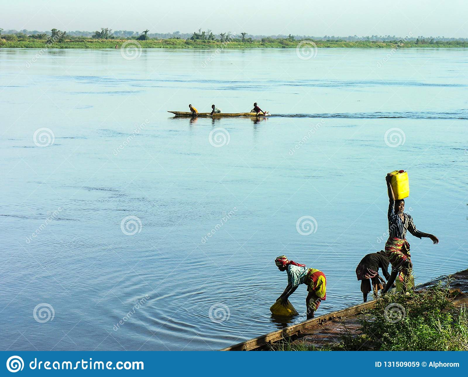 Katanga, Manual del Transportista, el 11 de junio de 2006: Mujeres que traen el agua del río Congo