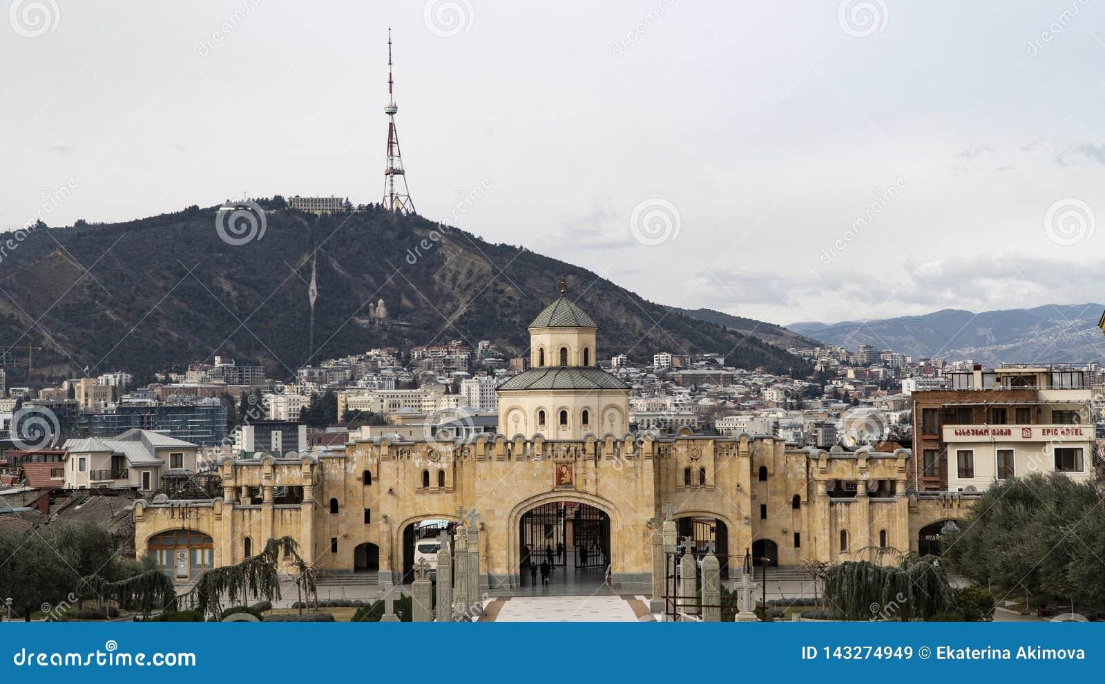 Katedra na tle góry