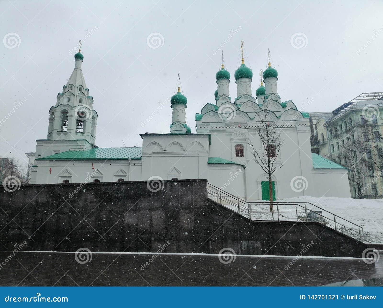 Katedra z dzwonkowy wierza i kopułami