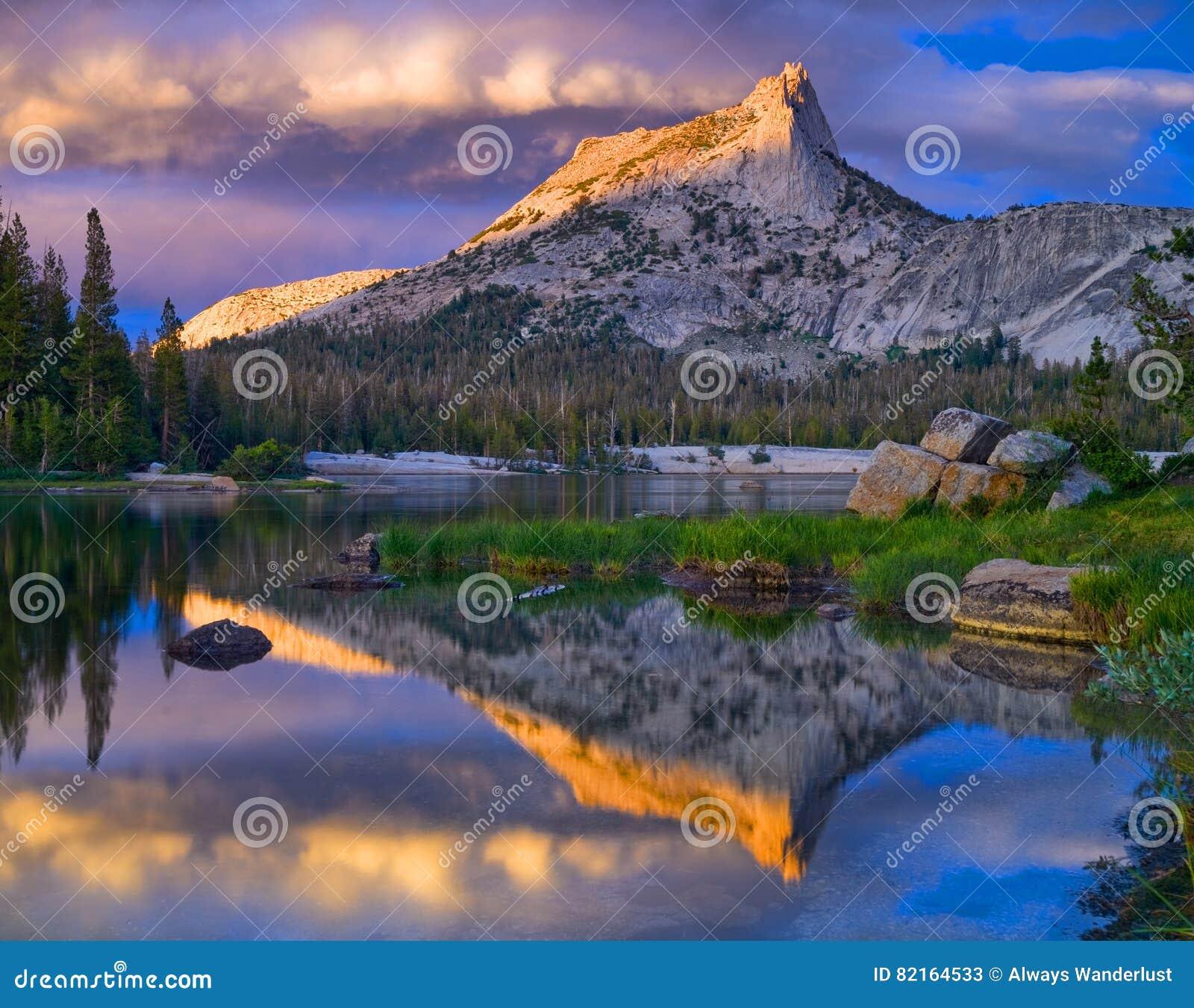 Katedry jezioro i szczyt Yosemite park narodowy