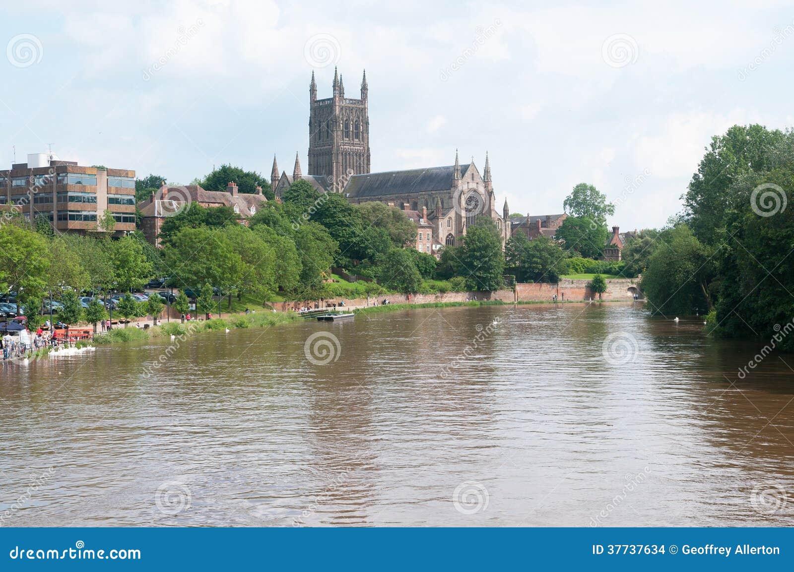 Kathedraal door de rivier