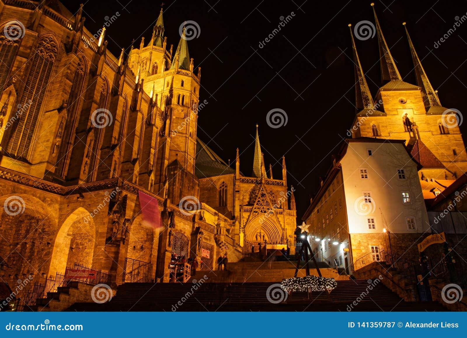 Kathedraal en Severi-kerk in Erfurt in Kerstmistijd