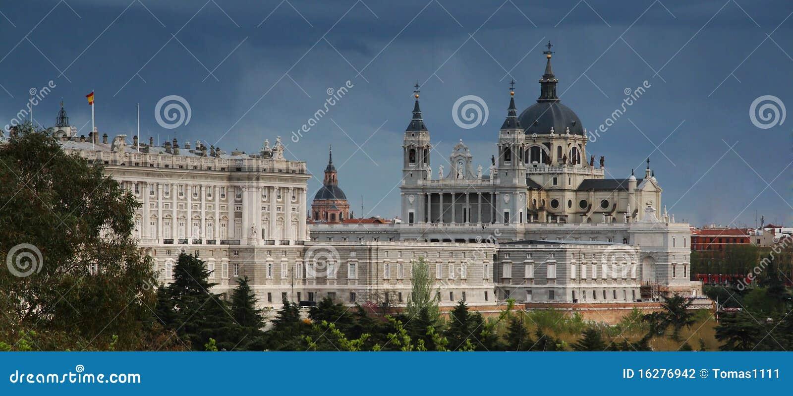Kathedraal van almudena en koninklijk paleis in madrid stock fotografie afbeelding 16276942 - Koninklijk kunstpaleis ...